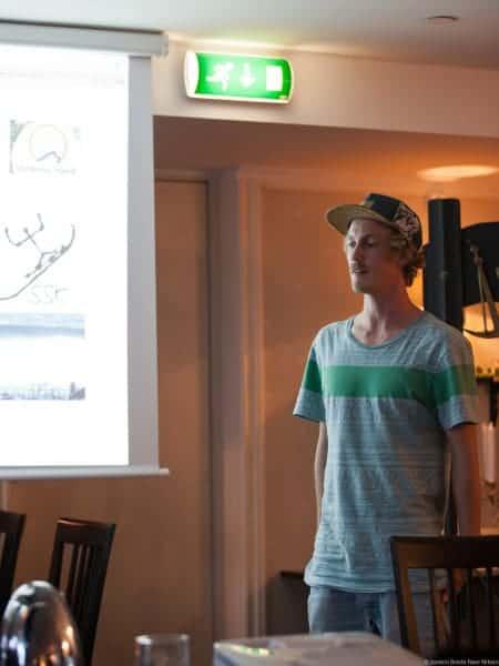 Ettersom Seamus har fullt opp med voksenting måtte Espen steppe inn å reppe surfshop.no ©Jostein Nilsen