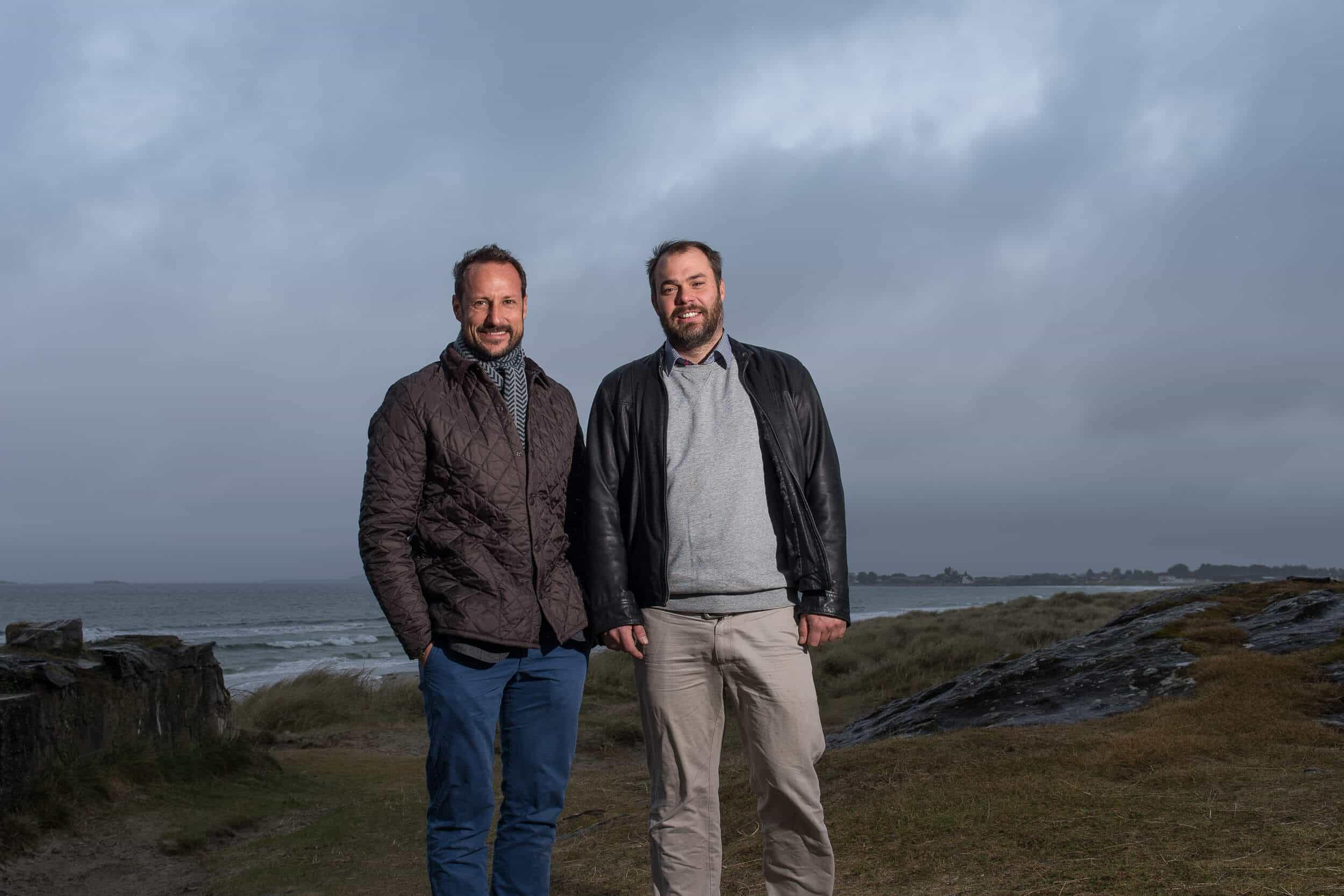 Kronprins Haakon og Tore Kramer, leder av Norsk Surfklubb, etter møte på Solastranda i november. Foto: Felix Skulstad.