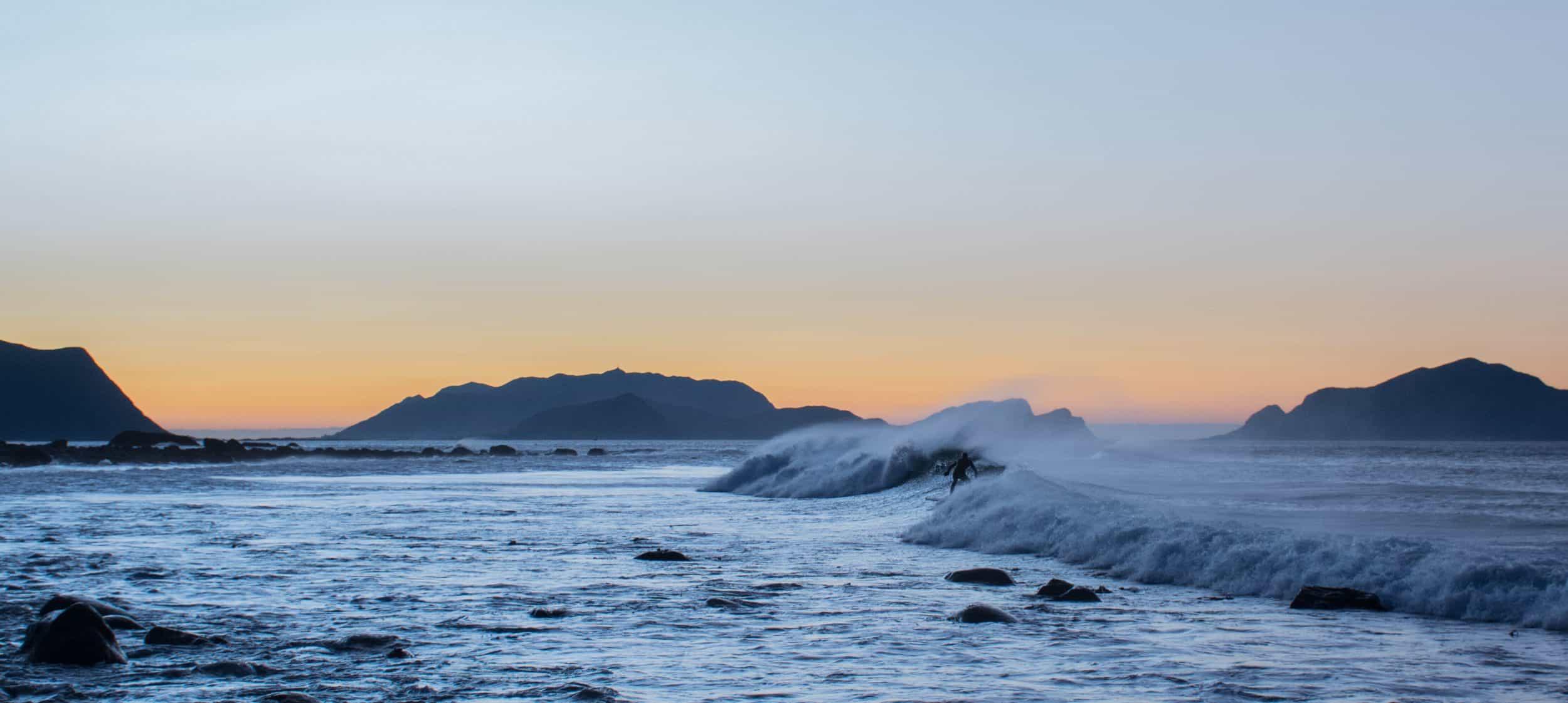 Frida Halvorsen - Bildet tatt på Flø utenfor Ulsteinvik for 1,5 uke siden. Surferen er Carl Werner Røper.