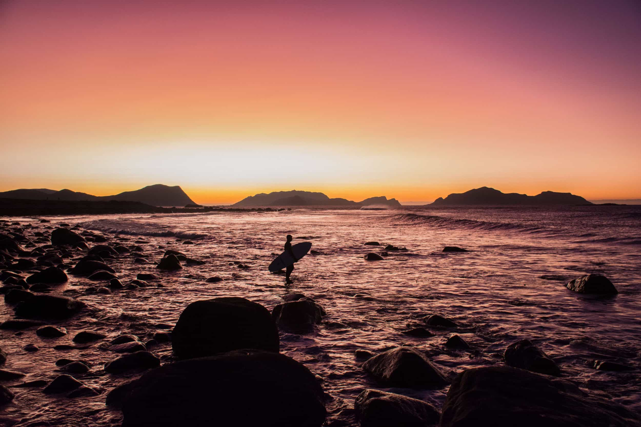 Frida Halvorsen - Eirin Myklebust på vei uti for å prøve seg på et par bølger til før det blir helt mørkt. Flø, utenfor Ulsteinvik, for 1,5 uker siden.