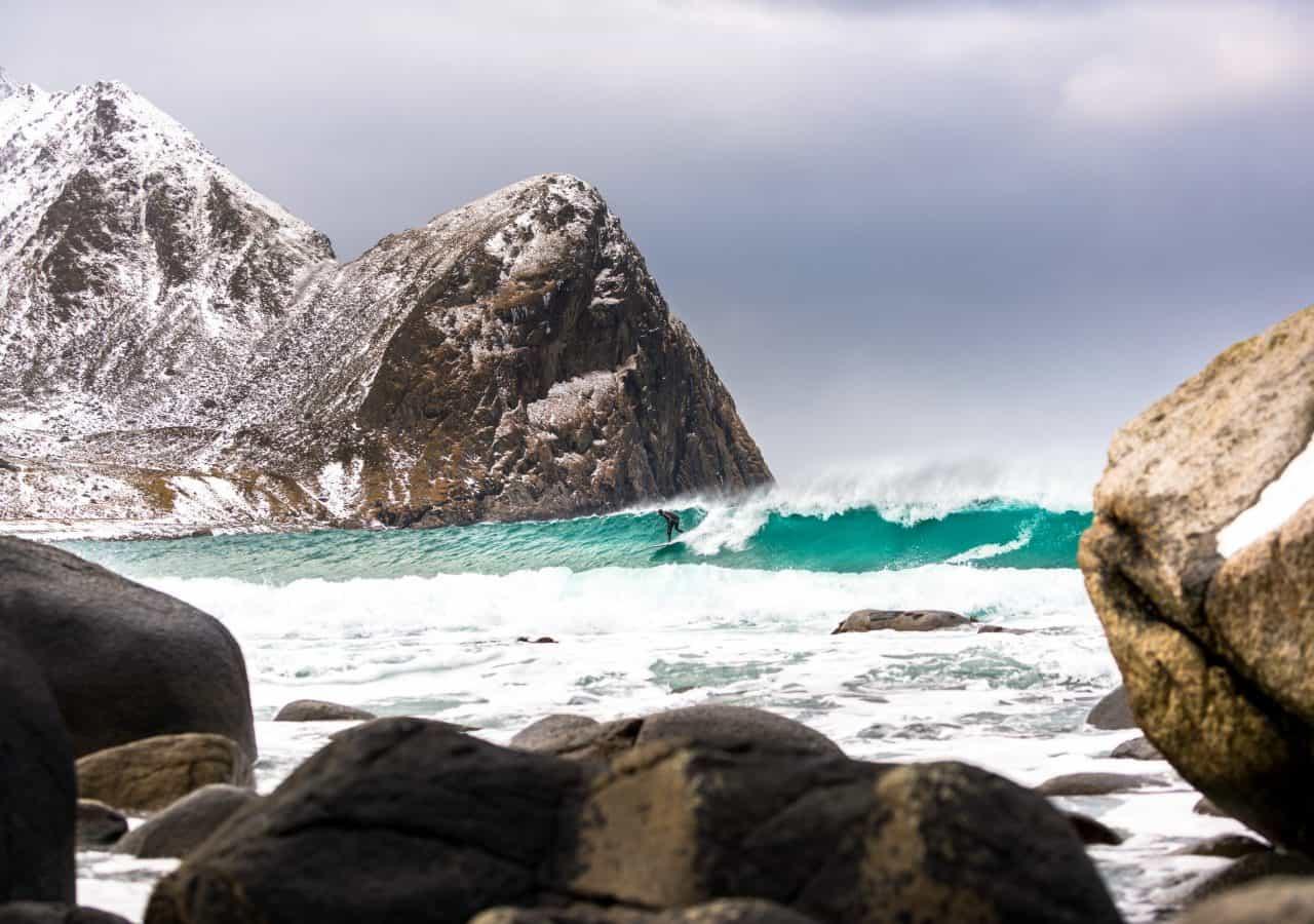 Det beste bildet i mars. Erik Botner surfer Unstad, foto Andreas Wolden