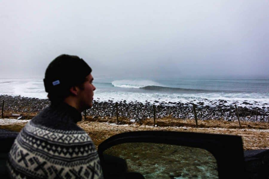 Surf til mørket tar deg – vintersurf i Lofoten