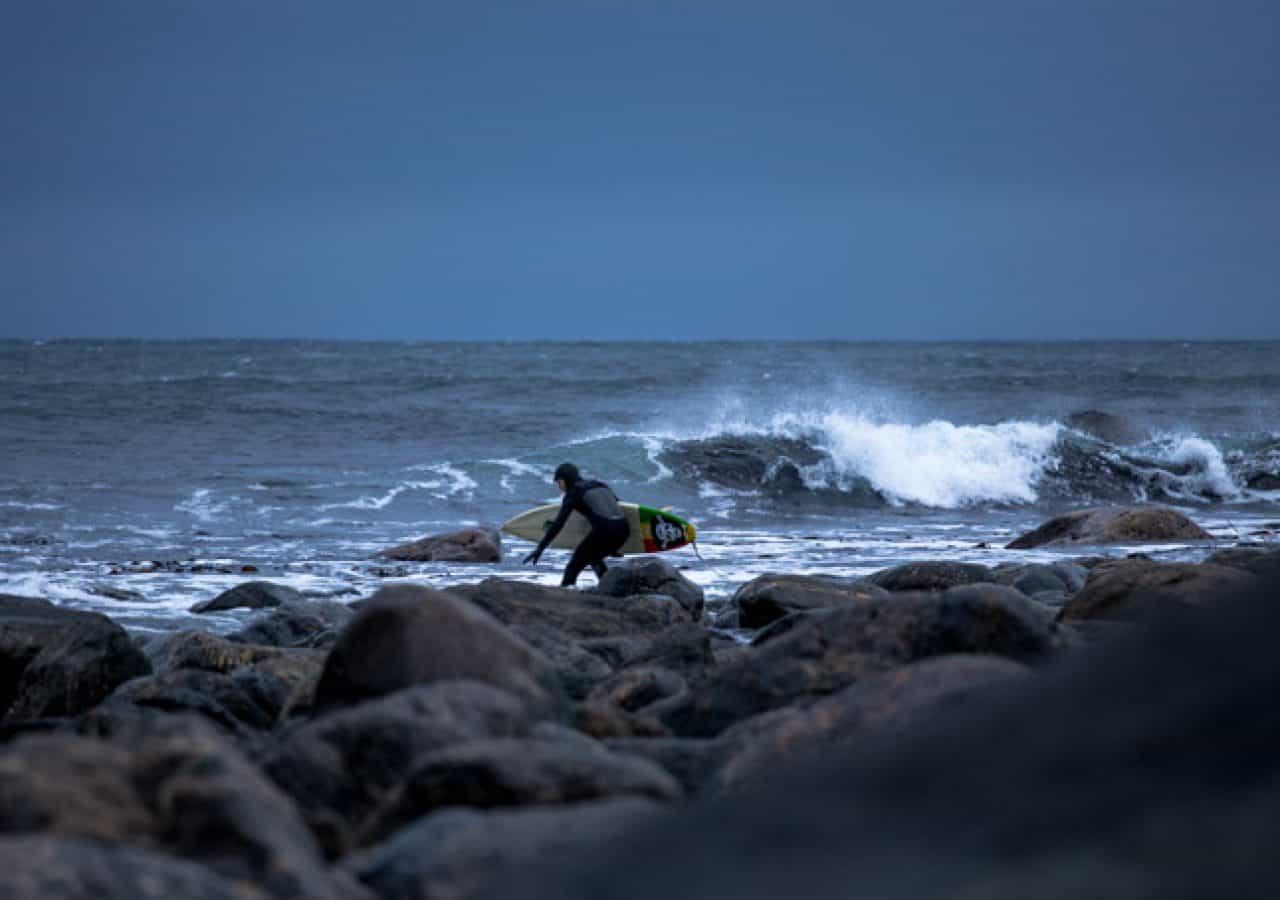 Det var en kald og forblåst morgen på Sunnmøre den 16 mars under en storm som kom i løpet av uken. Var ekstremt mye vind, men det kom en del bra bølger likevel