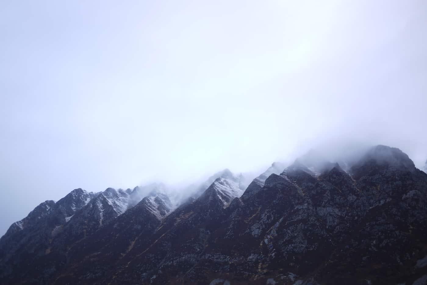 Fjell og tåke og natur i Hoddevika