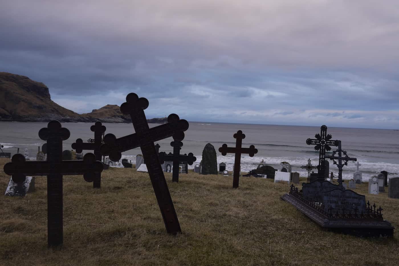Ervika kirkegård og surfespot