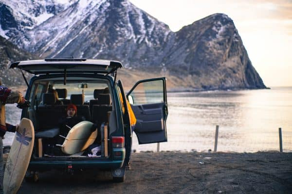 På campingferie med telt og surfing