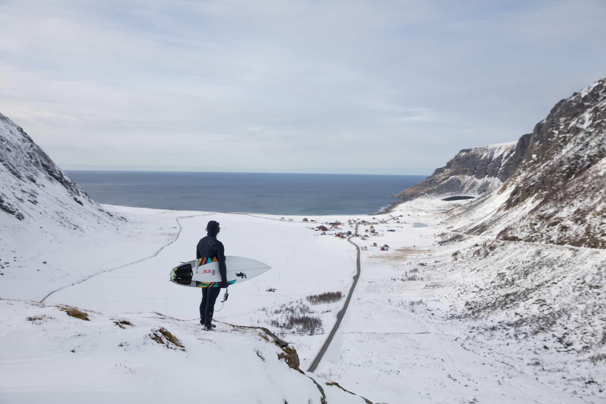 Surfer ser ut over utsikten i Unstad