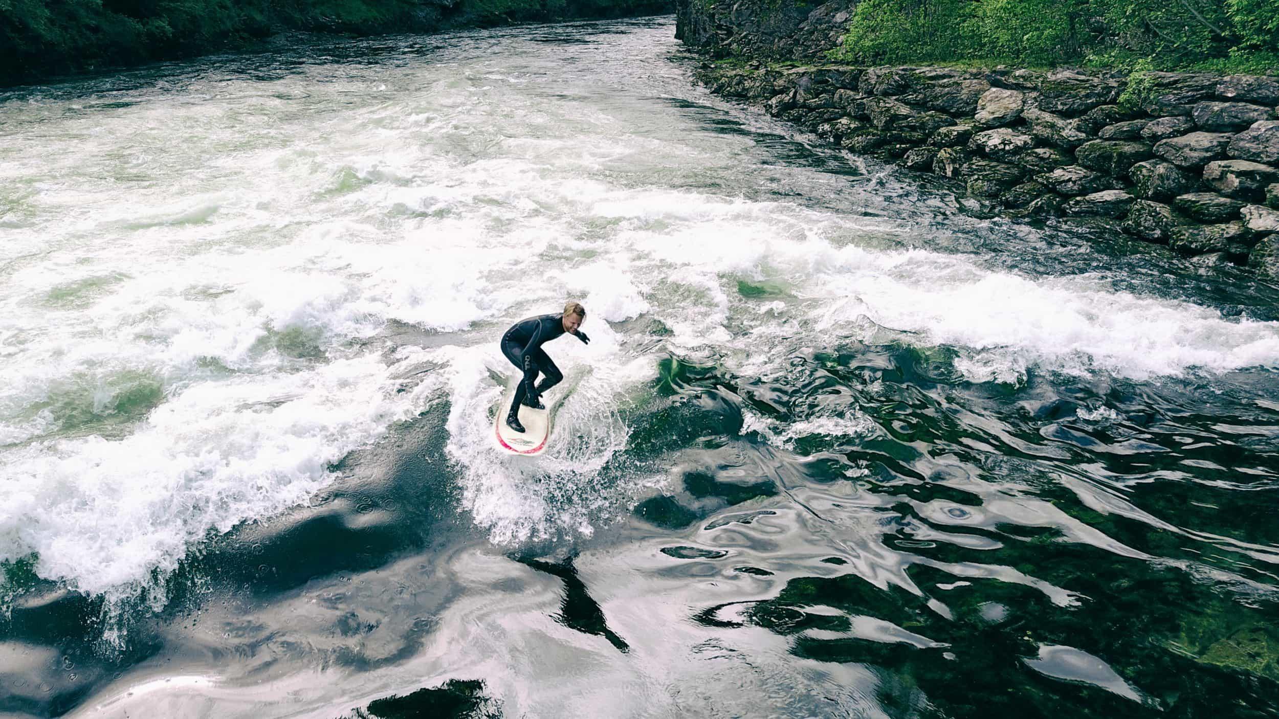 Tord Ingulfsen - 15.06.2017 når man ikke har så mange surfespots rundt Bergen, så er det greit å kunne dra til voss for å surfe elvebølgen på bulken!