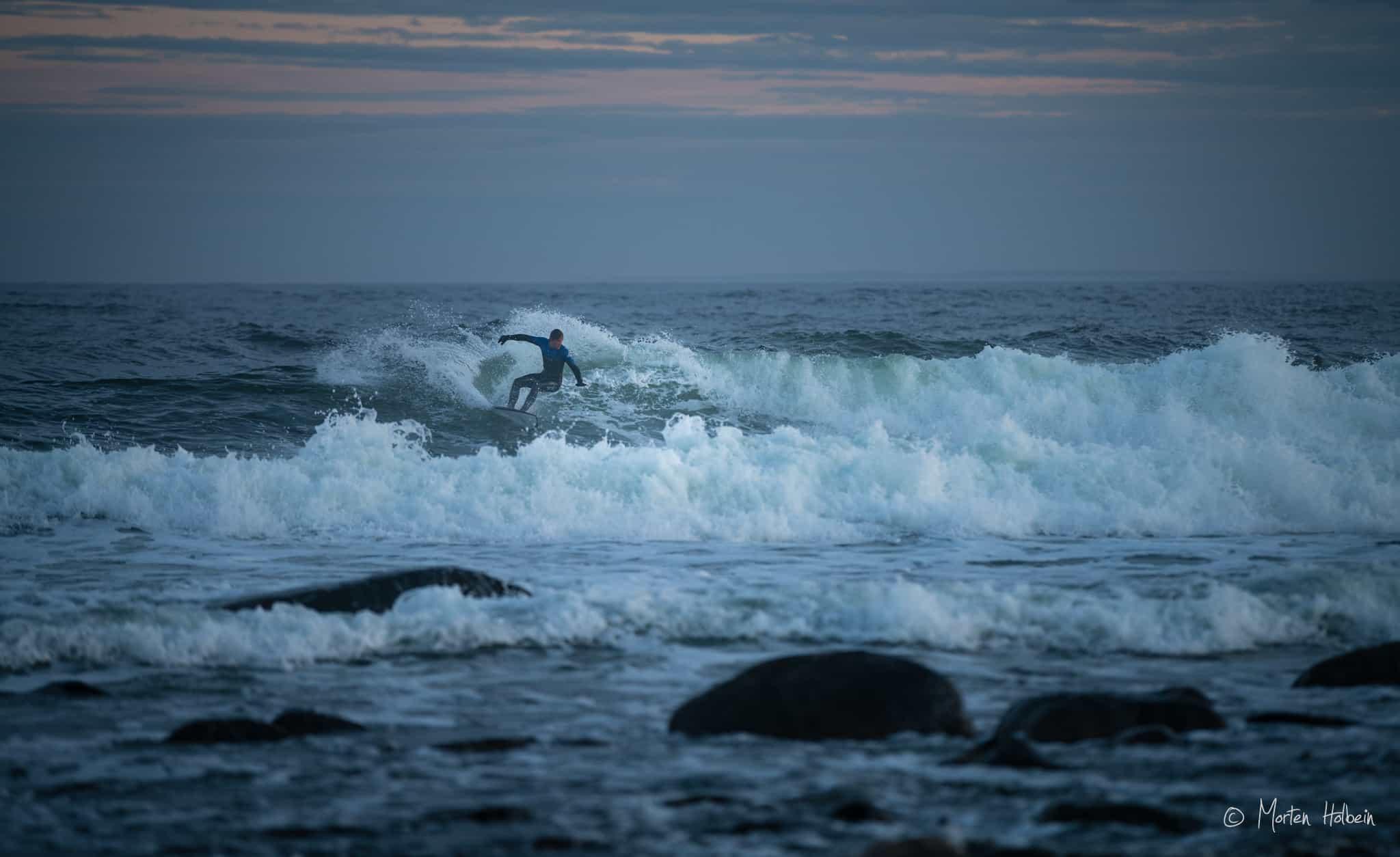 Ukjent surfer på Saltstein en dag i mai.
