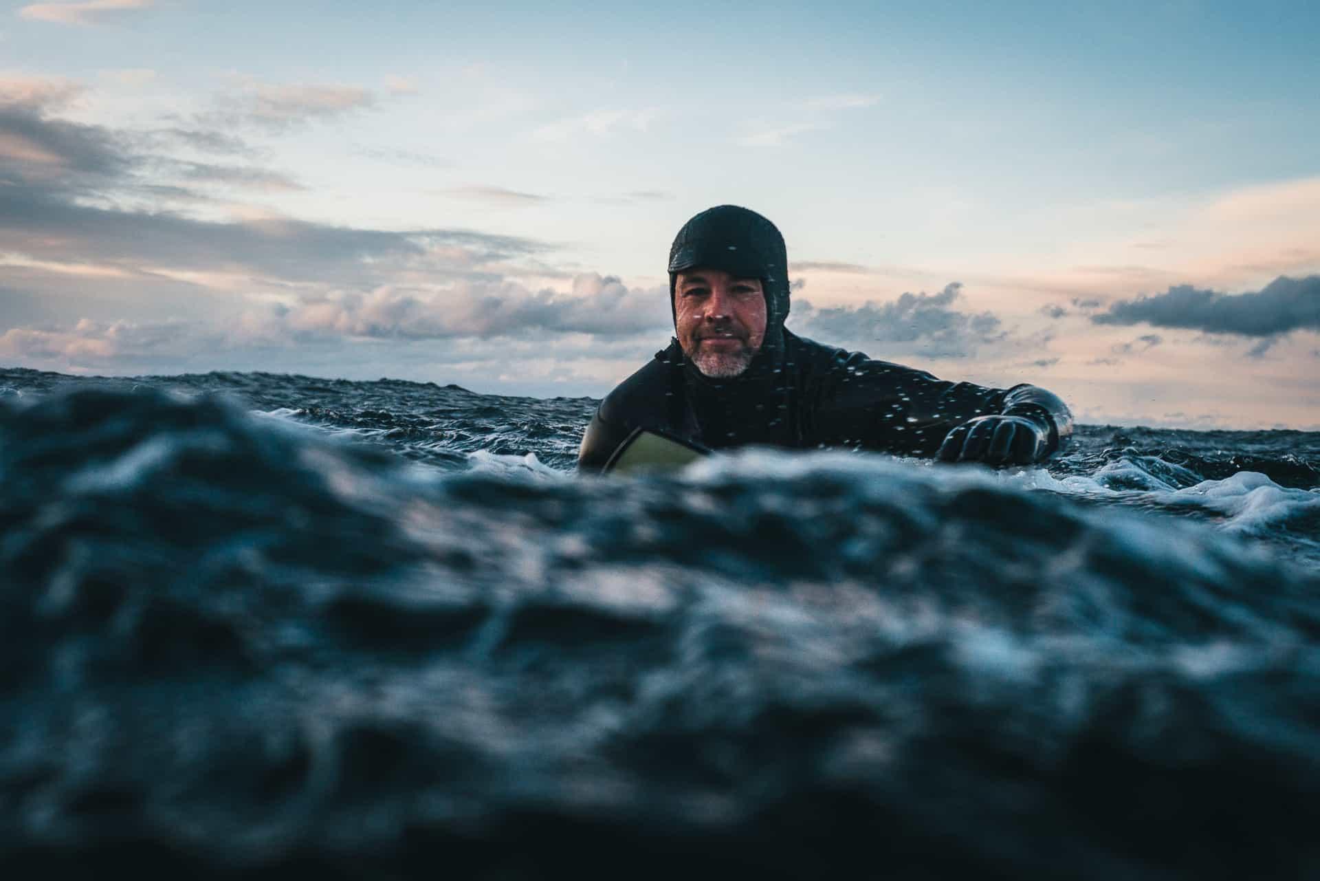 Joel Stephenson, shaper av Infusion surfboards og dedikert slabsurfer. Foto: Mats Kahlstrom