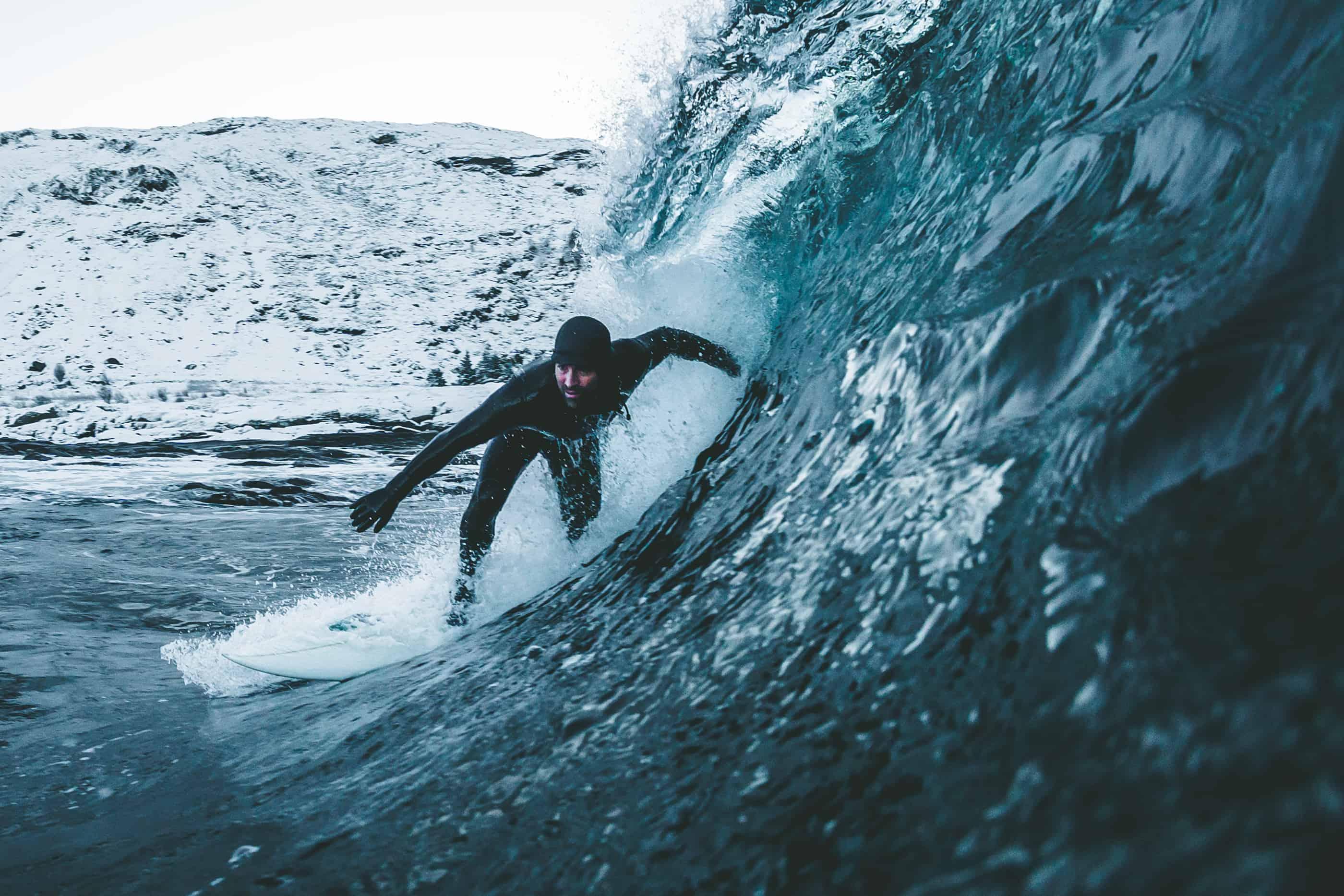 Jonas Forsberg - 30 November på Sunnmöre. En Australiensare och en Kanadick de endasurfarna i vattnet i minusgrader. Seamus Fox framför kameran.