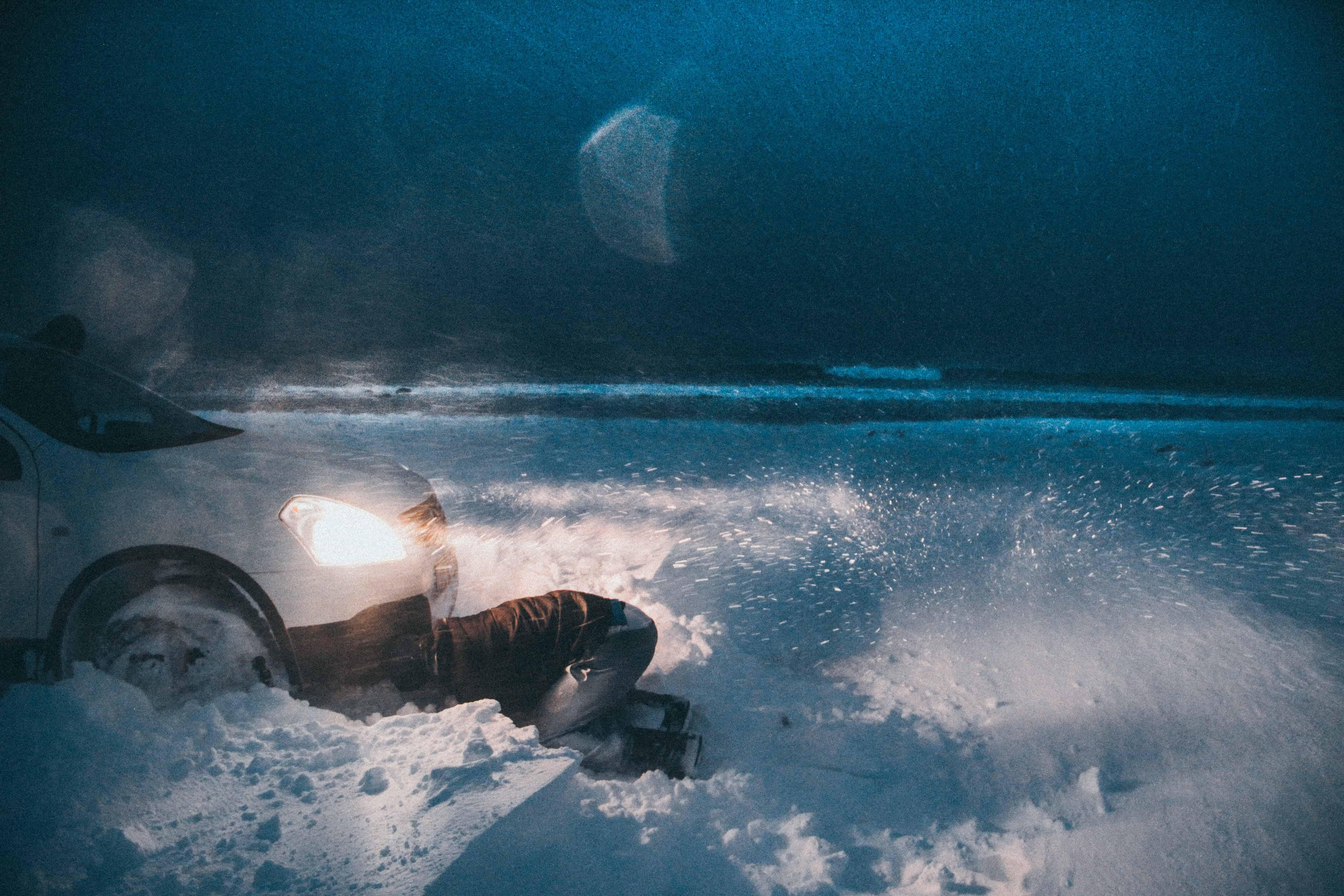 Ivar Fugle Nordhaug - Beste måten å starte surfeøkta på- grave ut bilen... Tatt forrige veke.