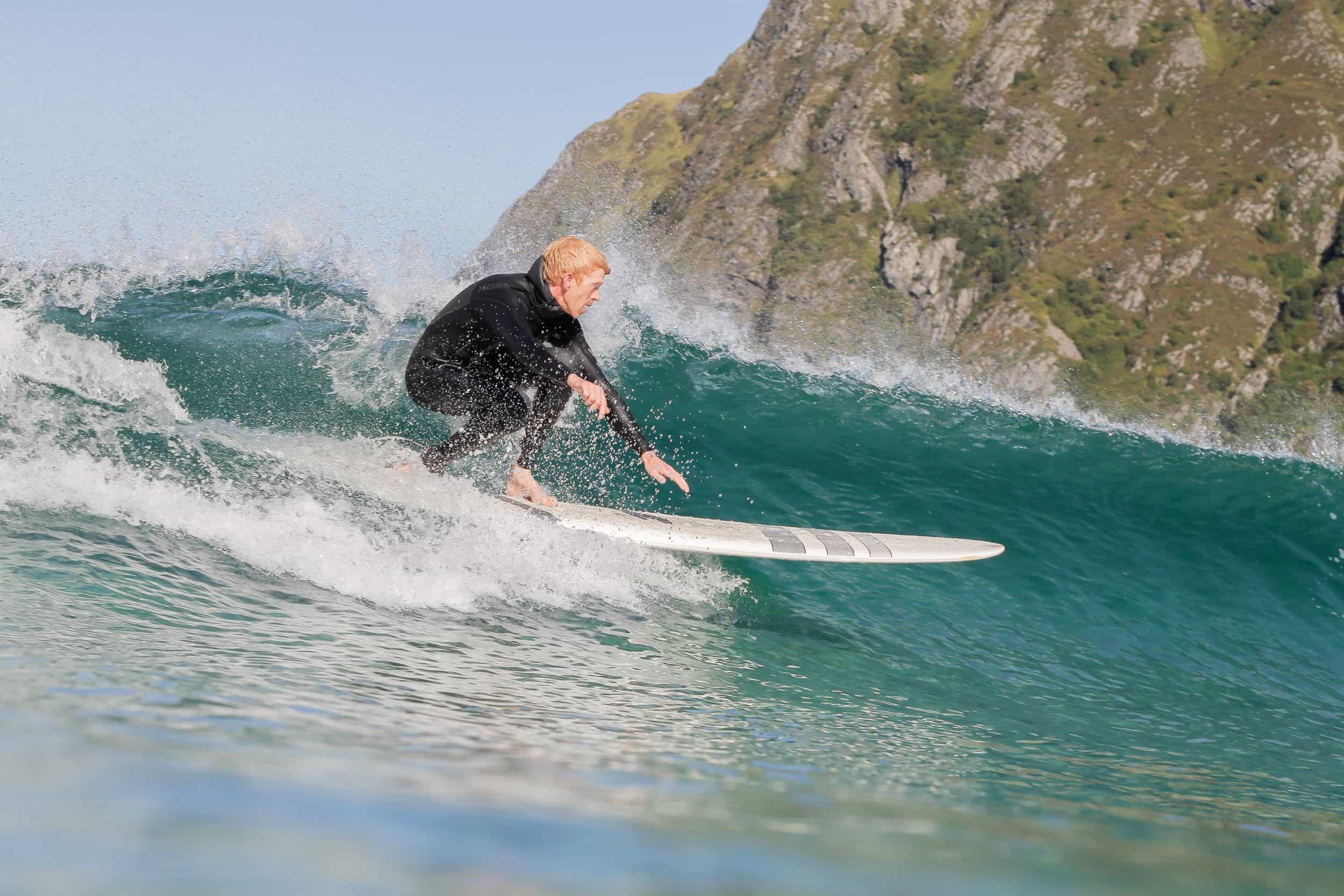 Blåmandag i Hoddevik – Surf i høstvarmen