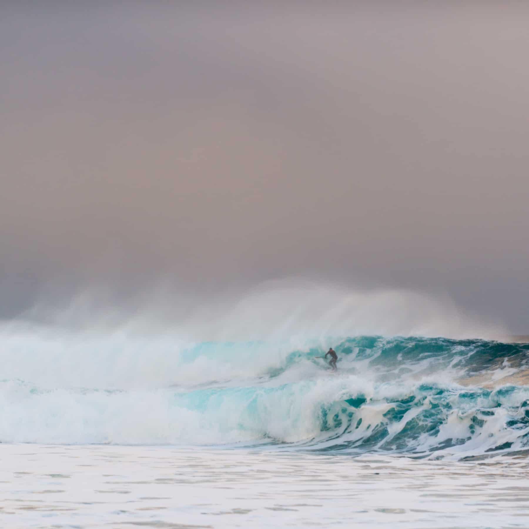 SUP-surfer på en stor bølge.