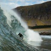 Surfer i bølge i Lofoten