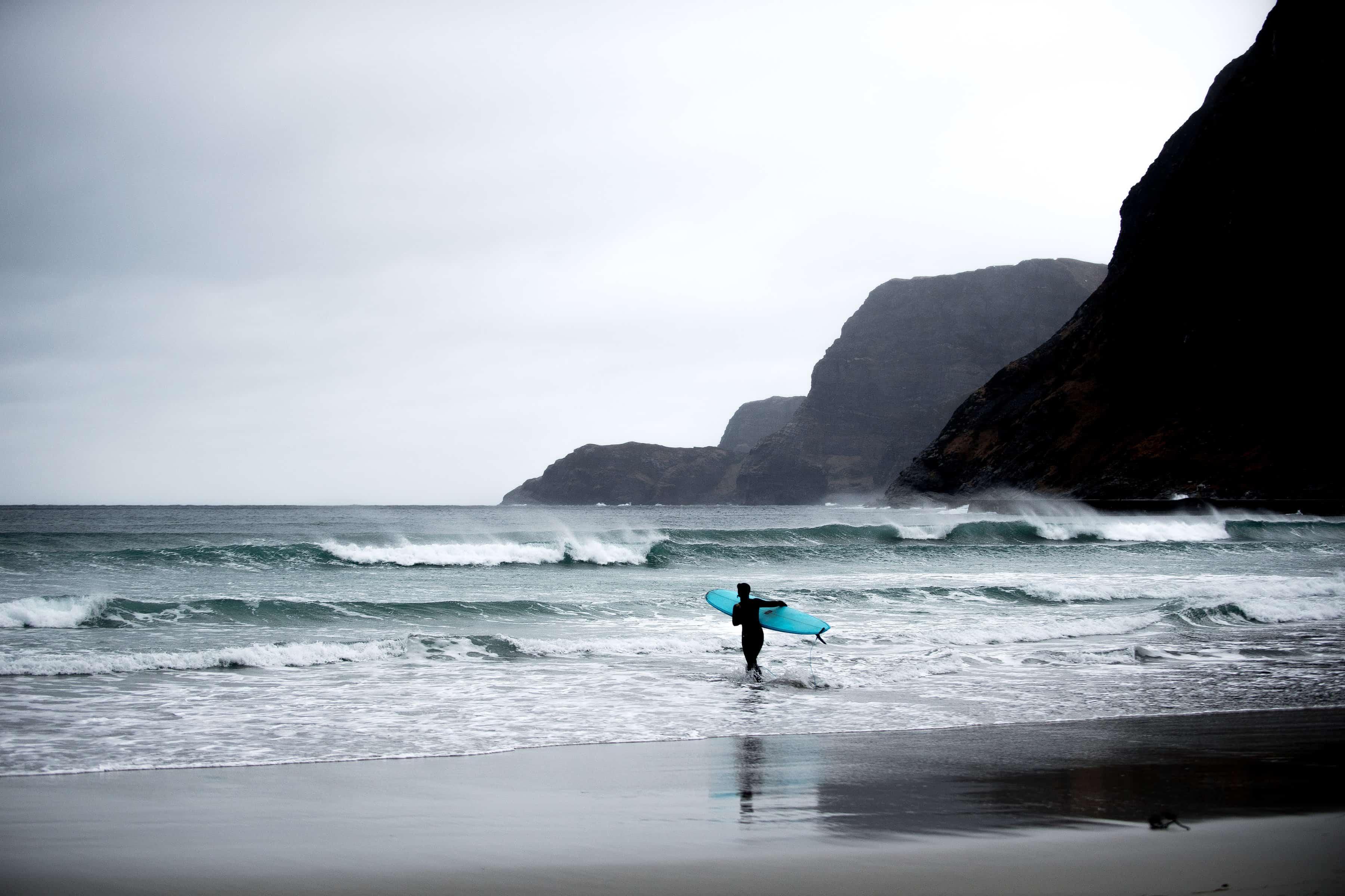 Surfer går uti i Hoddevik