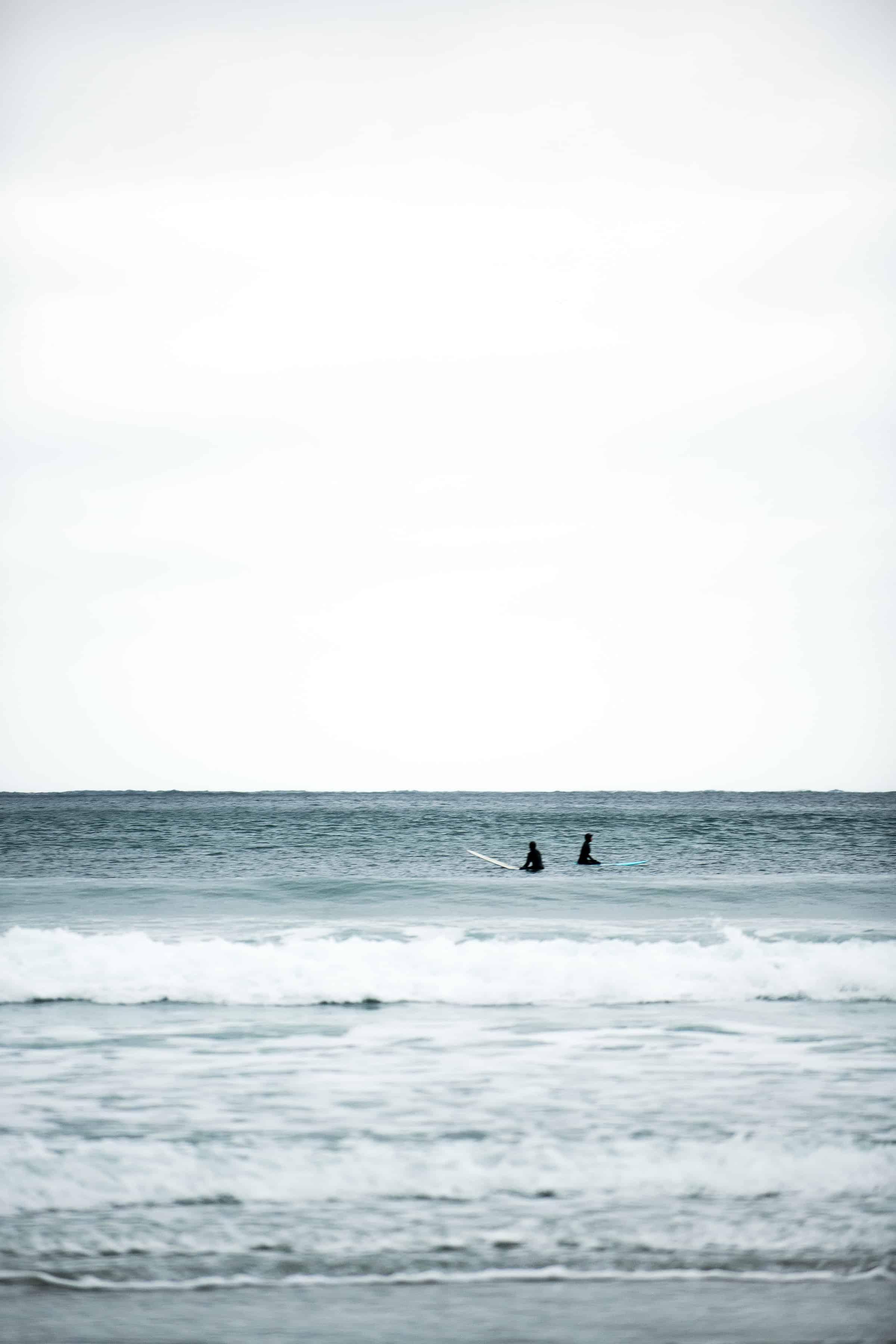 To surfere venter på bølger i Hoddevik.