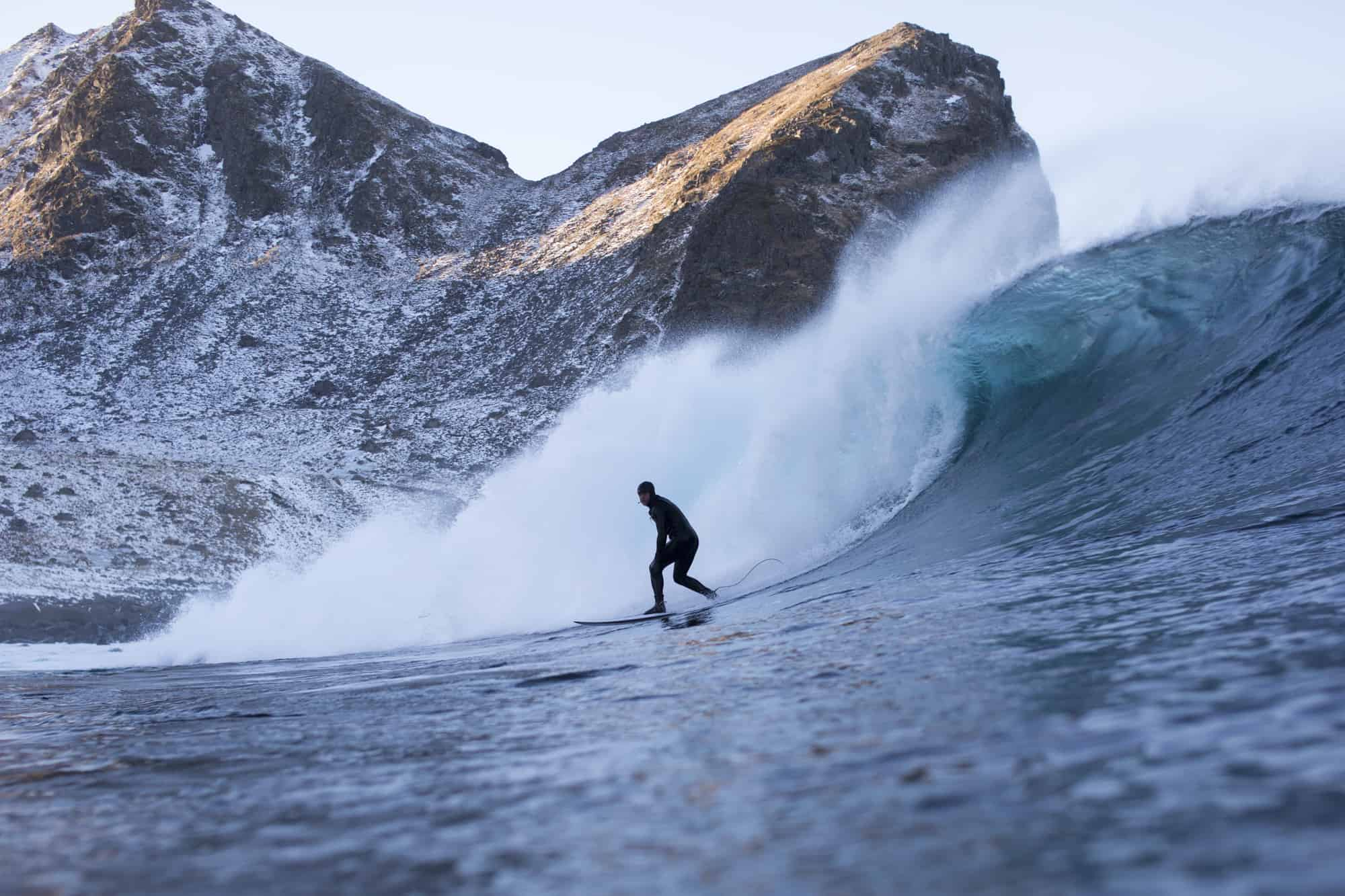 Surfer stor bølge på strike mission i Unstad.