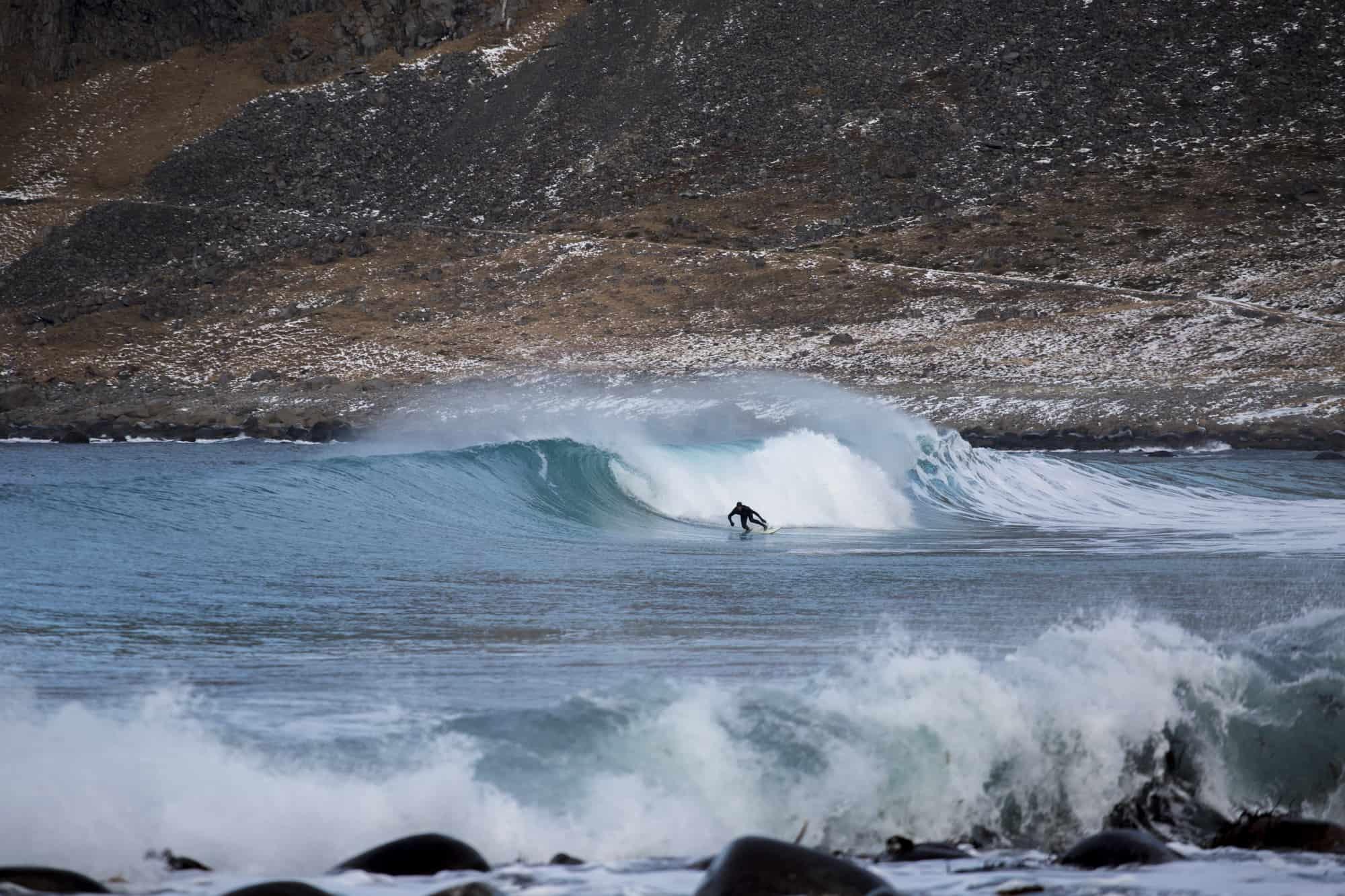Surfer på bølge i Lofoten