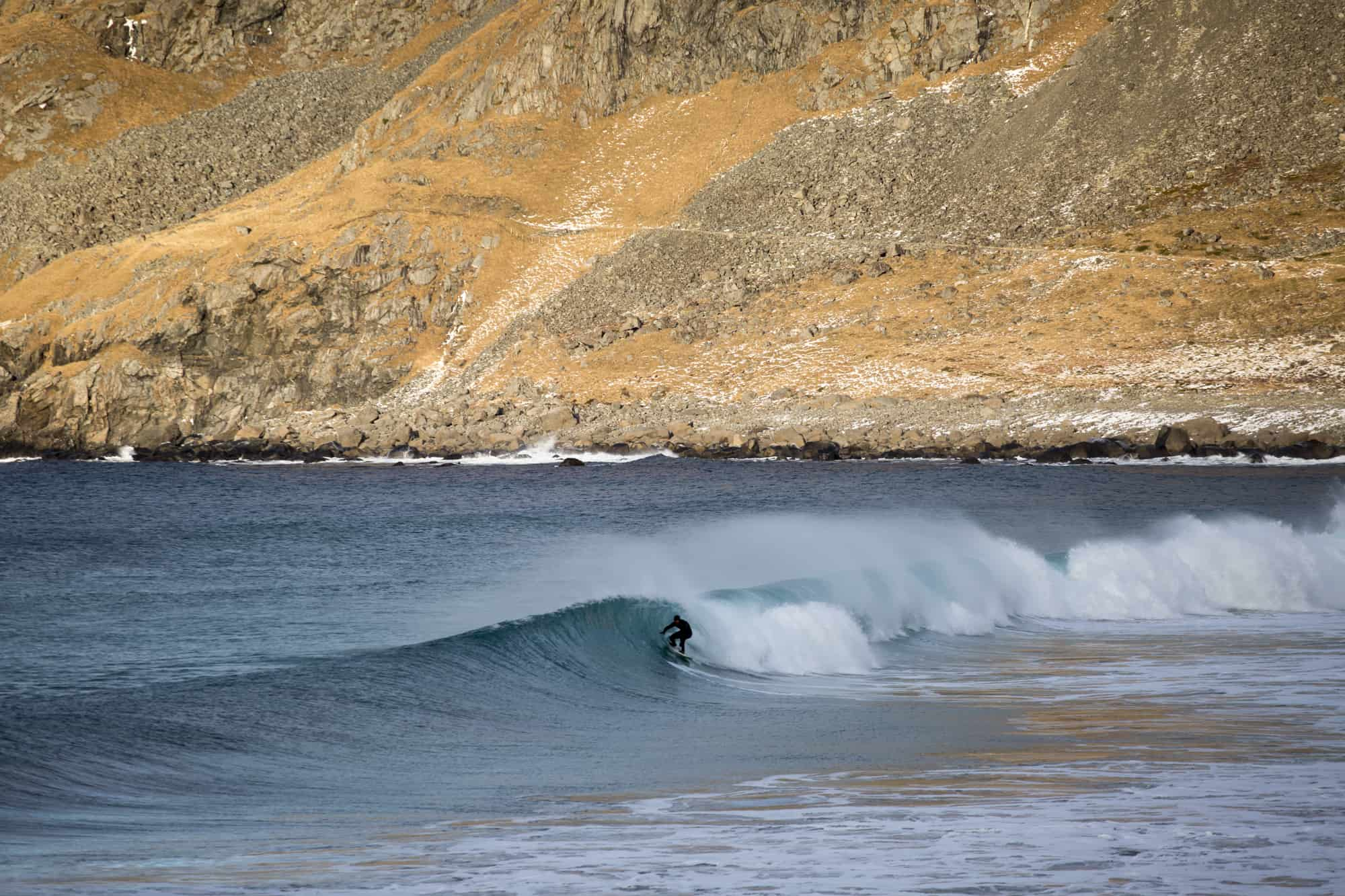 Surfer på bølge i Unstad