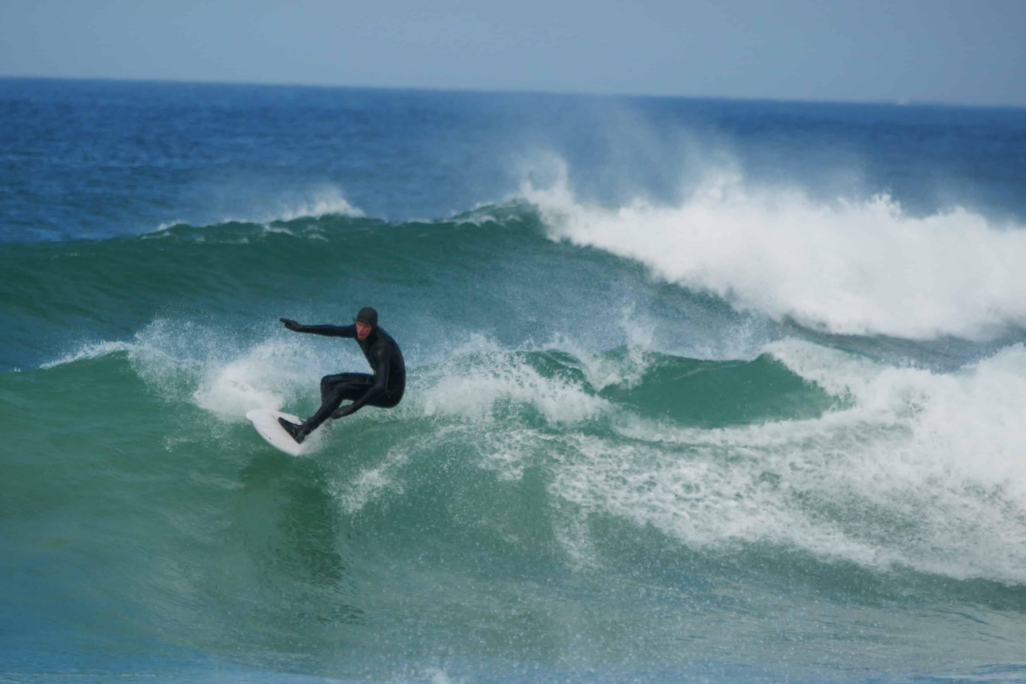 Surfer på bølge.