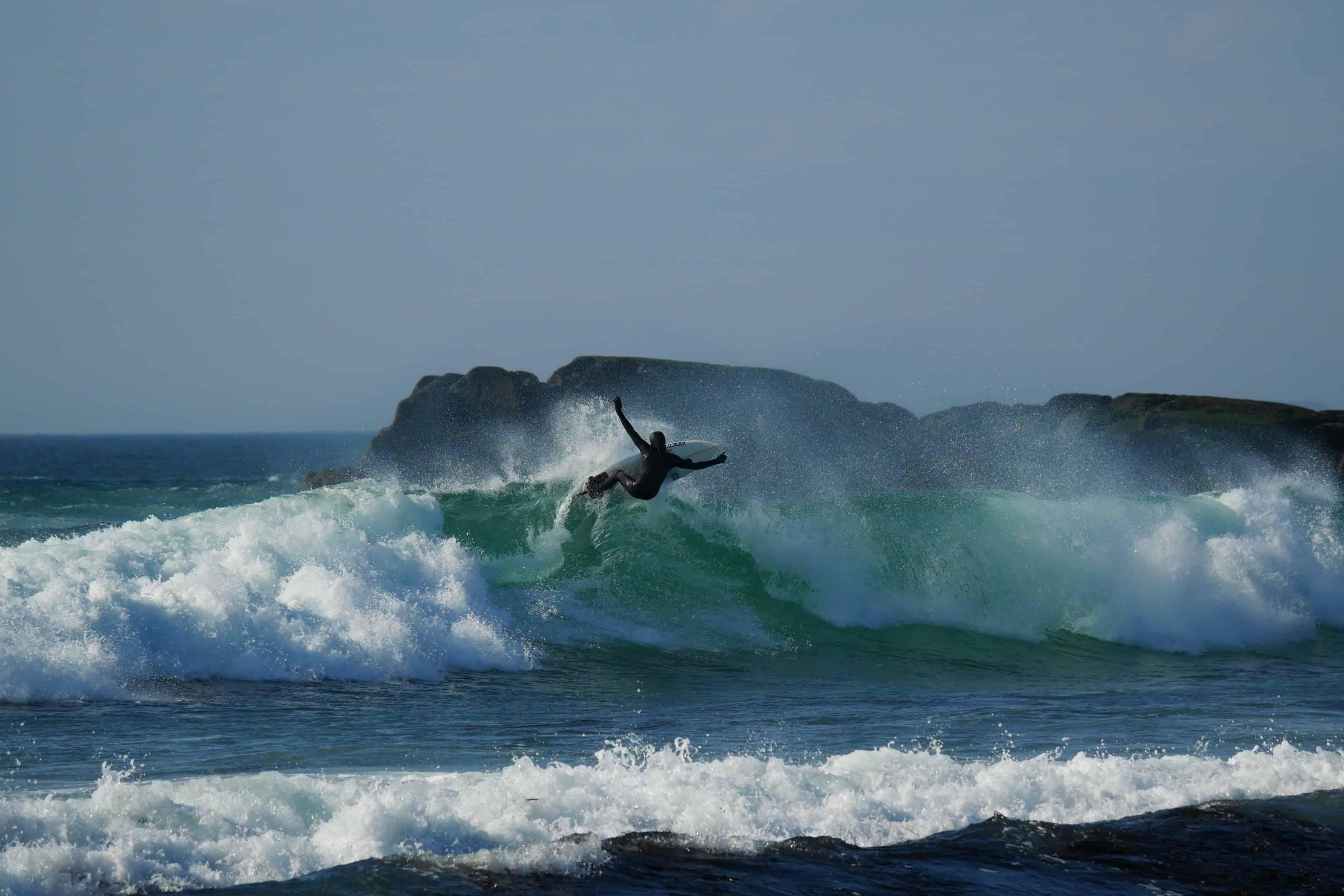 Surfer til topps på en bølge på Jæren.