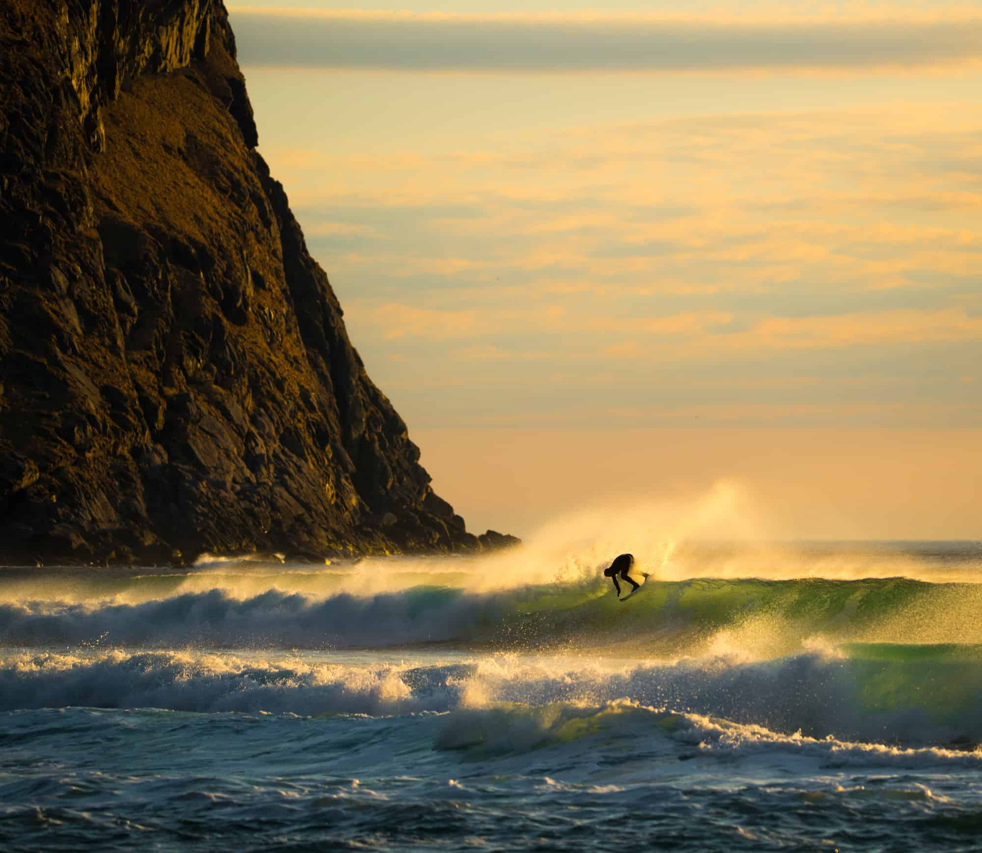 Fint lys og bølger i Lofoten.