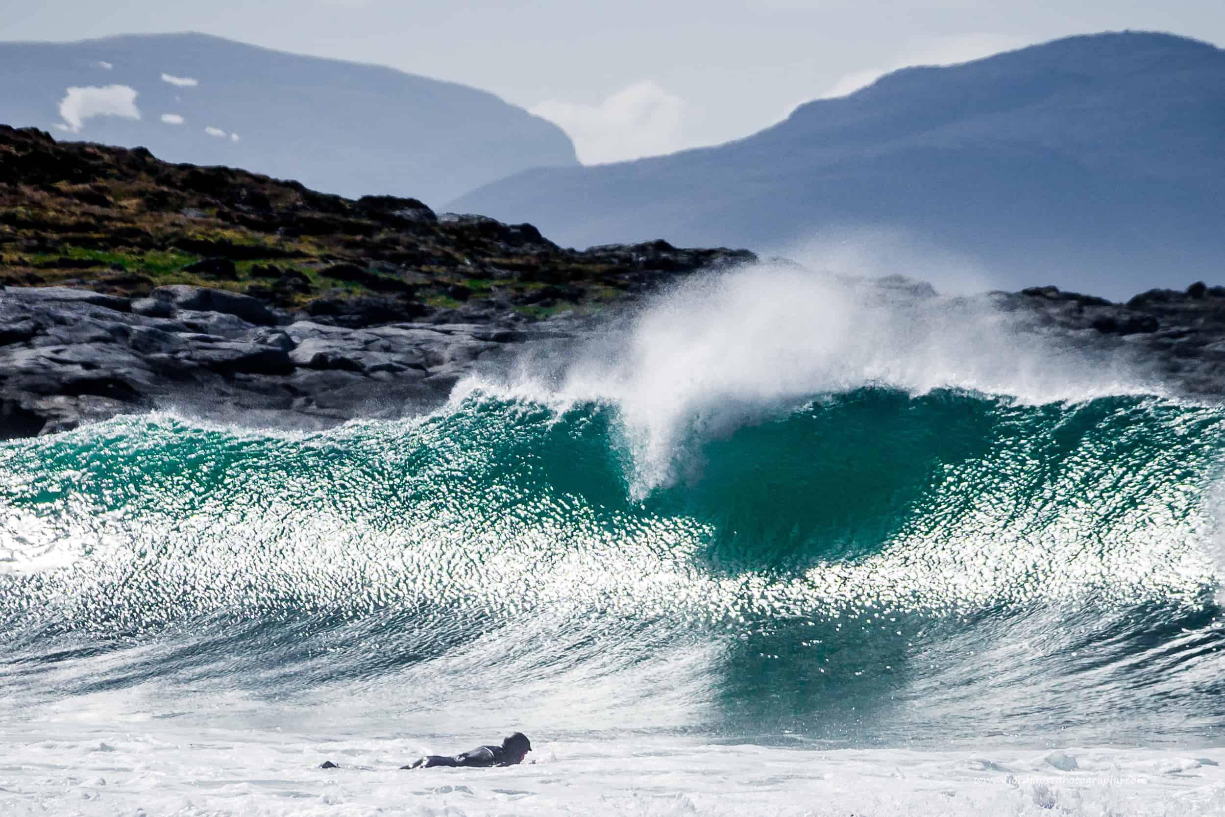 Surfer får en bølge i hodet.