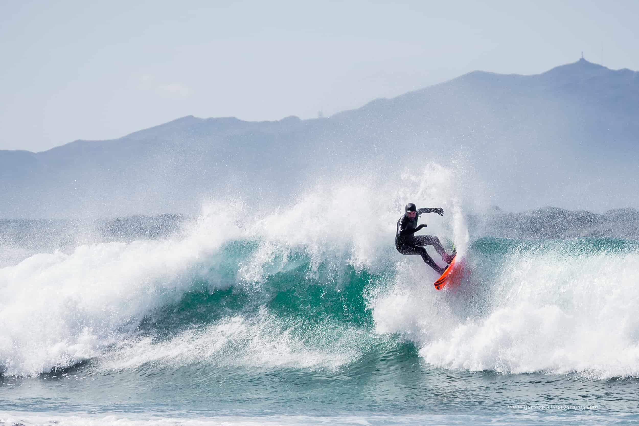 Seamus Fox surfer en stor bølge på Sunnmøre.