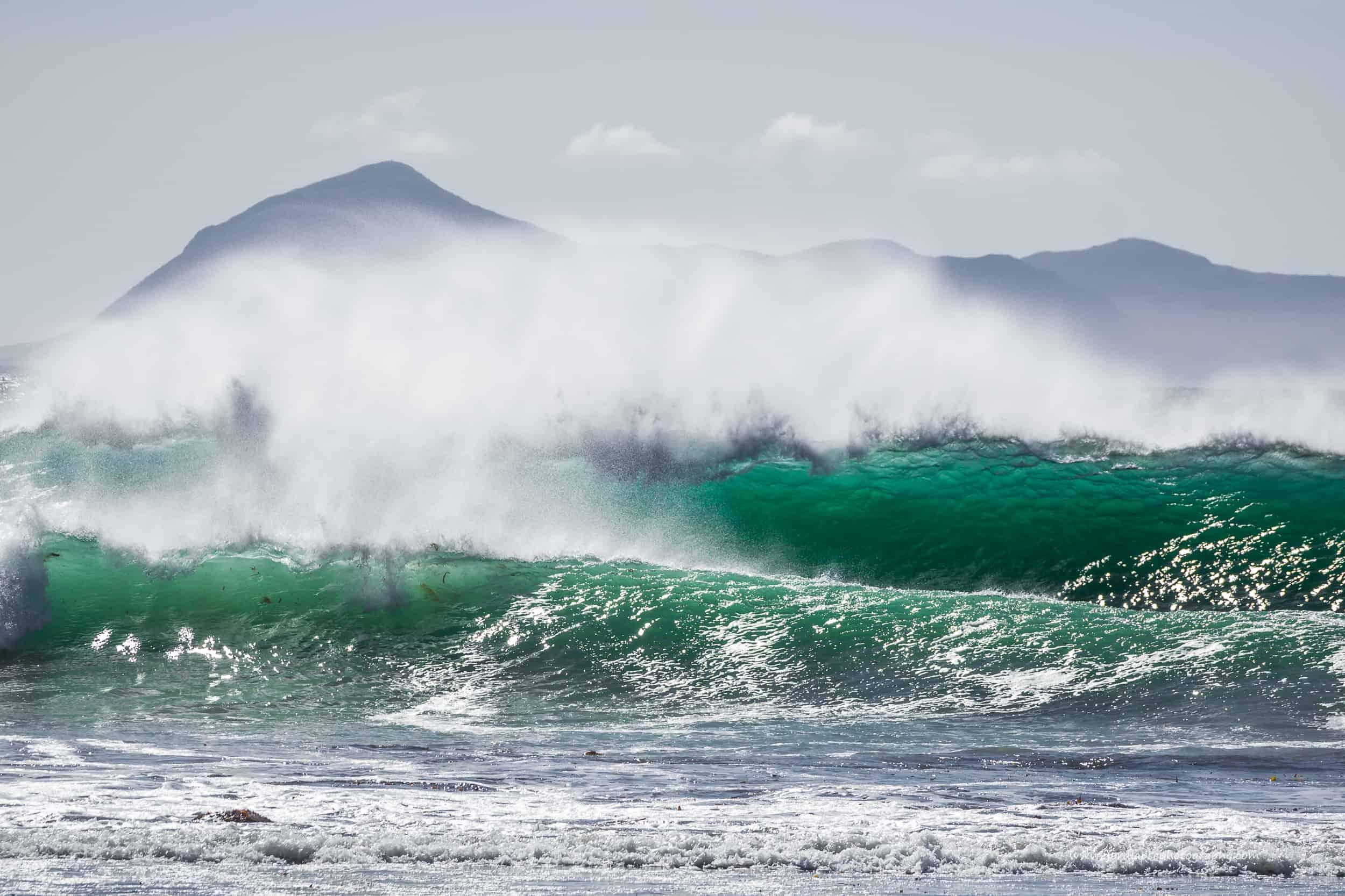 Et sett med bølger ruller inn.