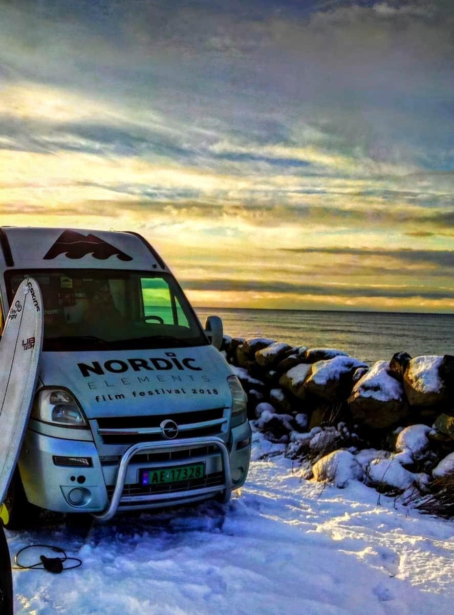 Bilen og mannen i sitt rette element. Snø, vann, natur.
