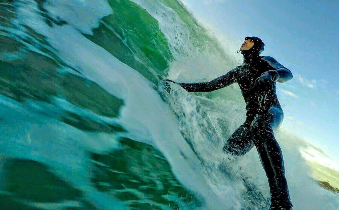 Richard Newman surfer på Bore