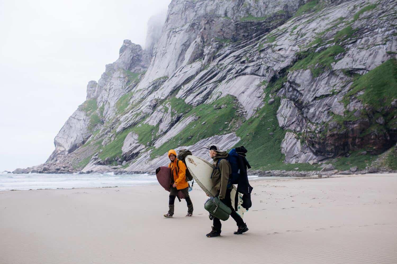 Rolf og Stian går på stranda i Kvalvika