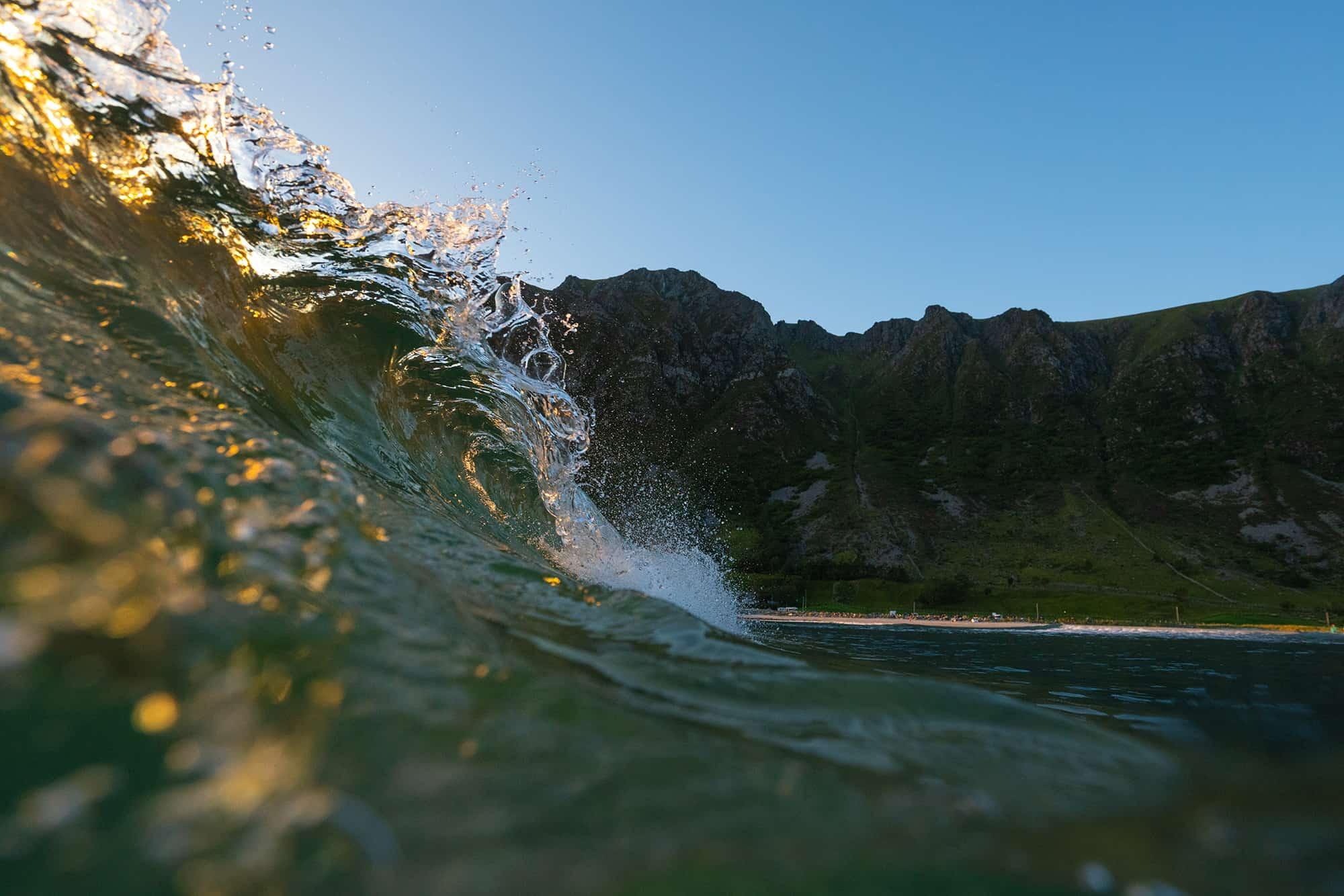 Hyllest til Hoddevik med en solfylt bølge.