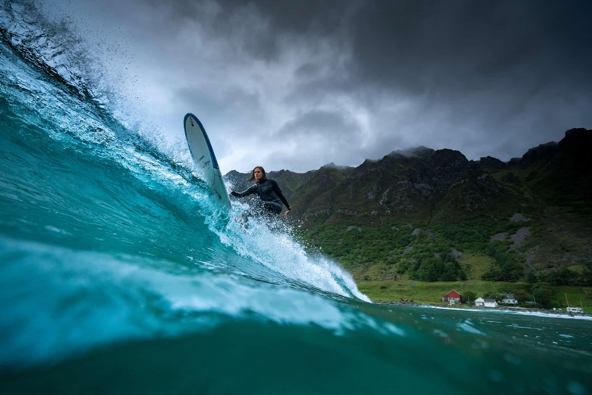 Surfer longboard i Hoddevik