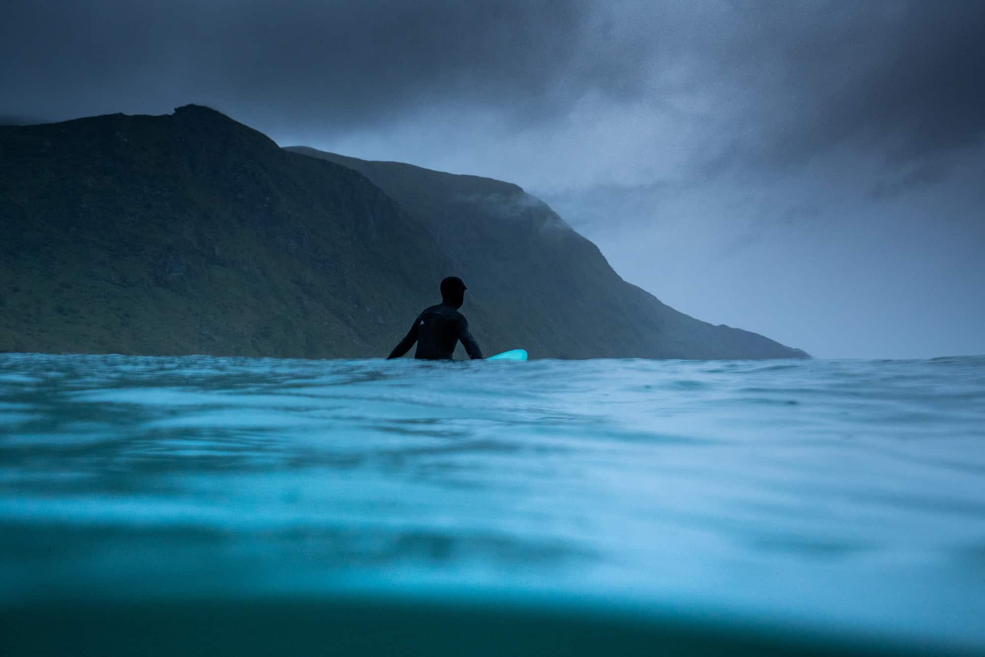 Surfer i vannet i Hoddevik