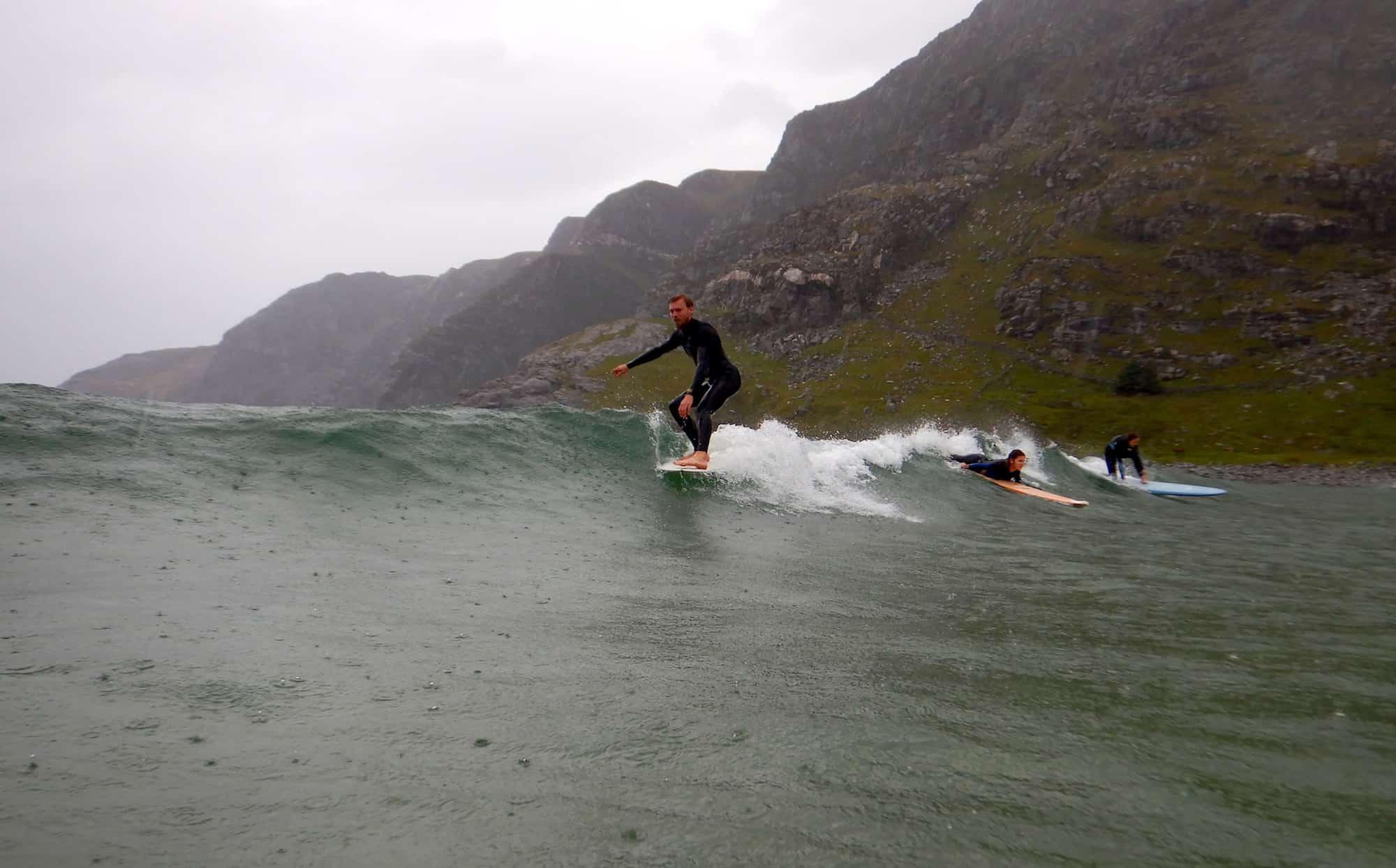 Trond Wirstad surfer i Hoddevik