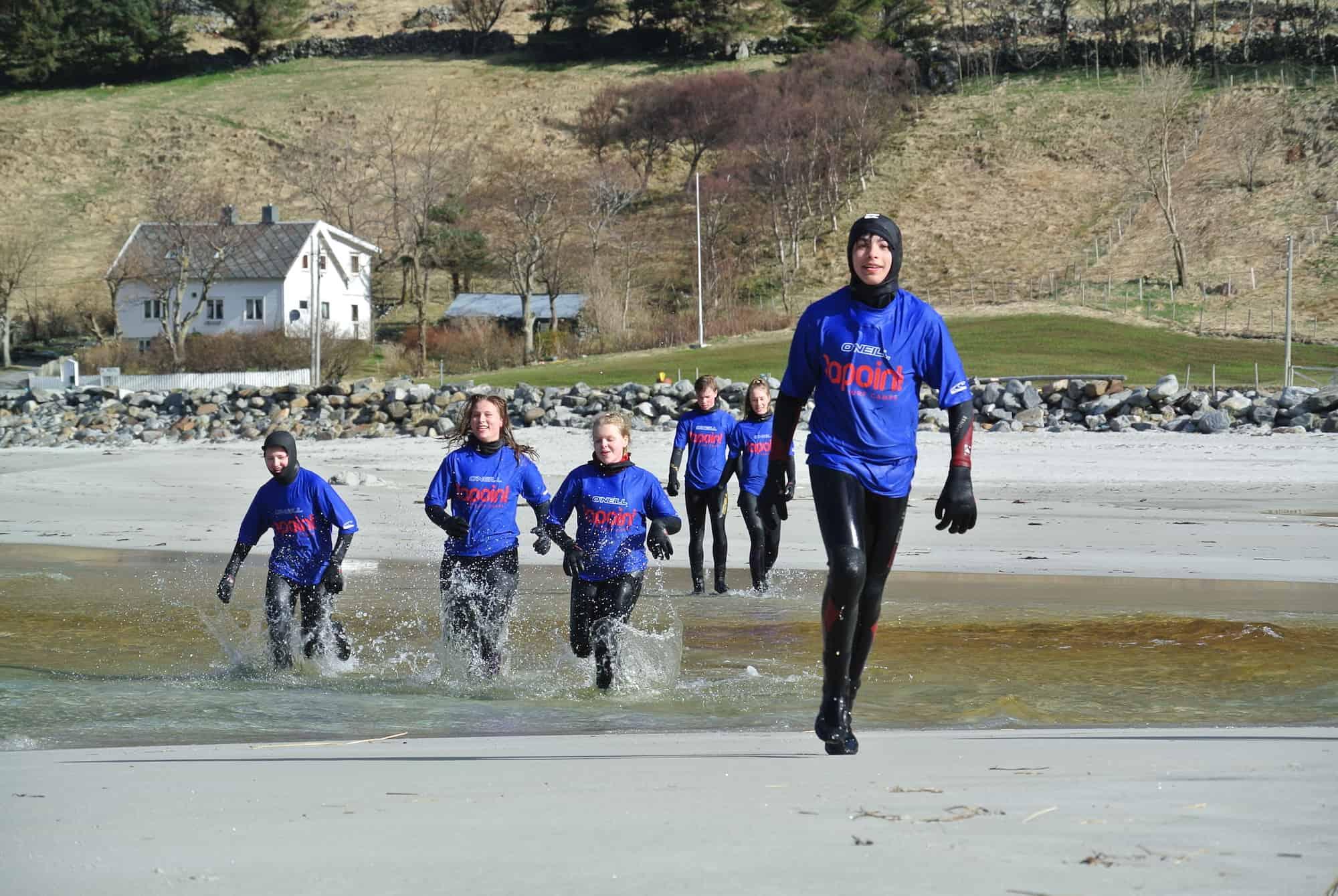 Løper på stranda i Hoddevik
