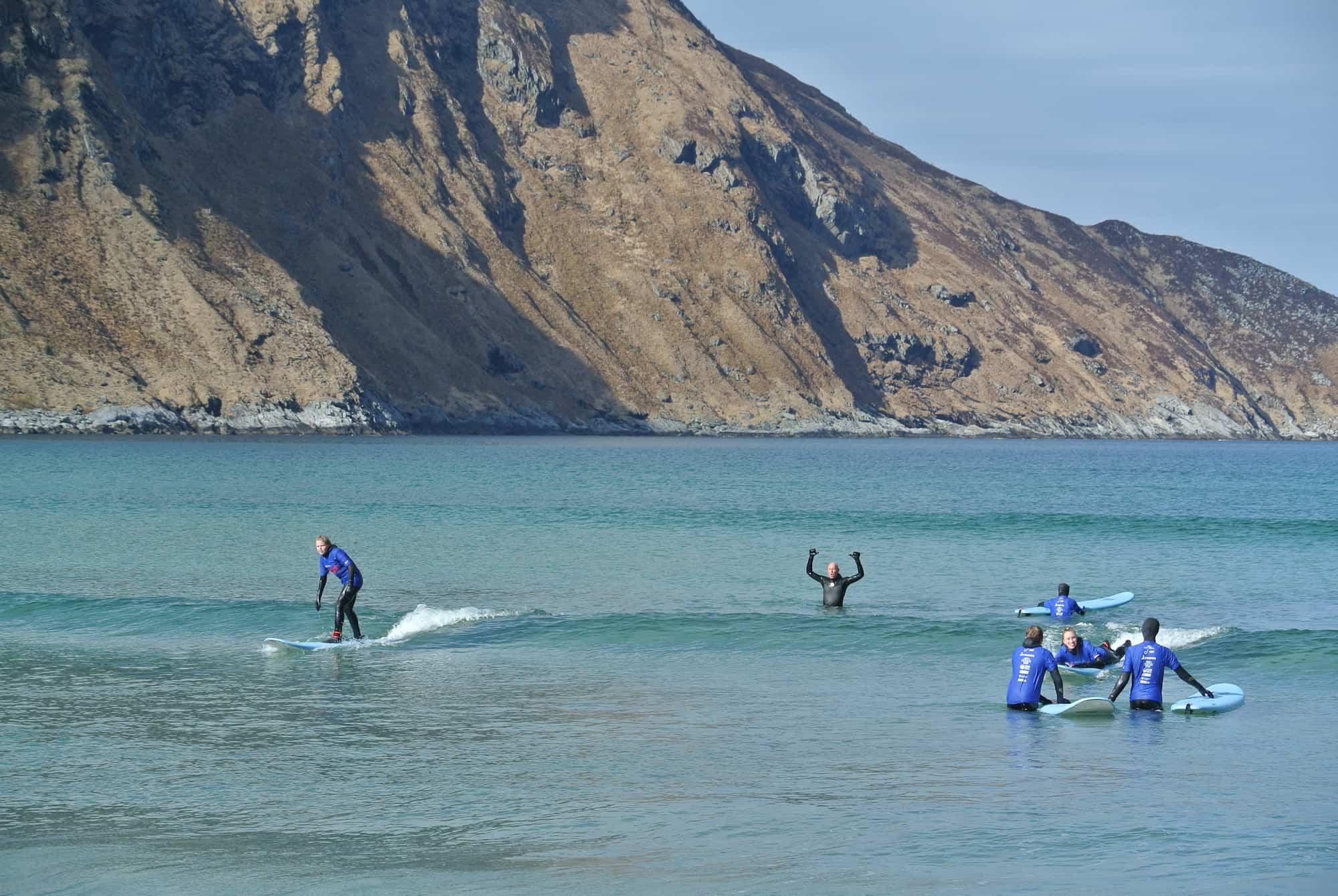 Lærer å surfe i Hoddevik