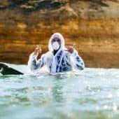 Lokalpolitiker Damien Cole surfet i vernedrakt under helgens markering mot oljeboring