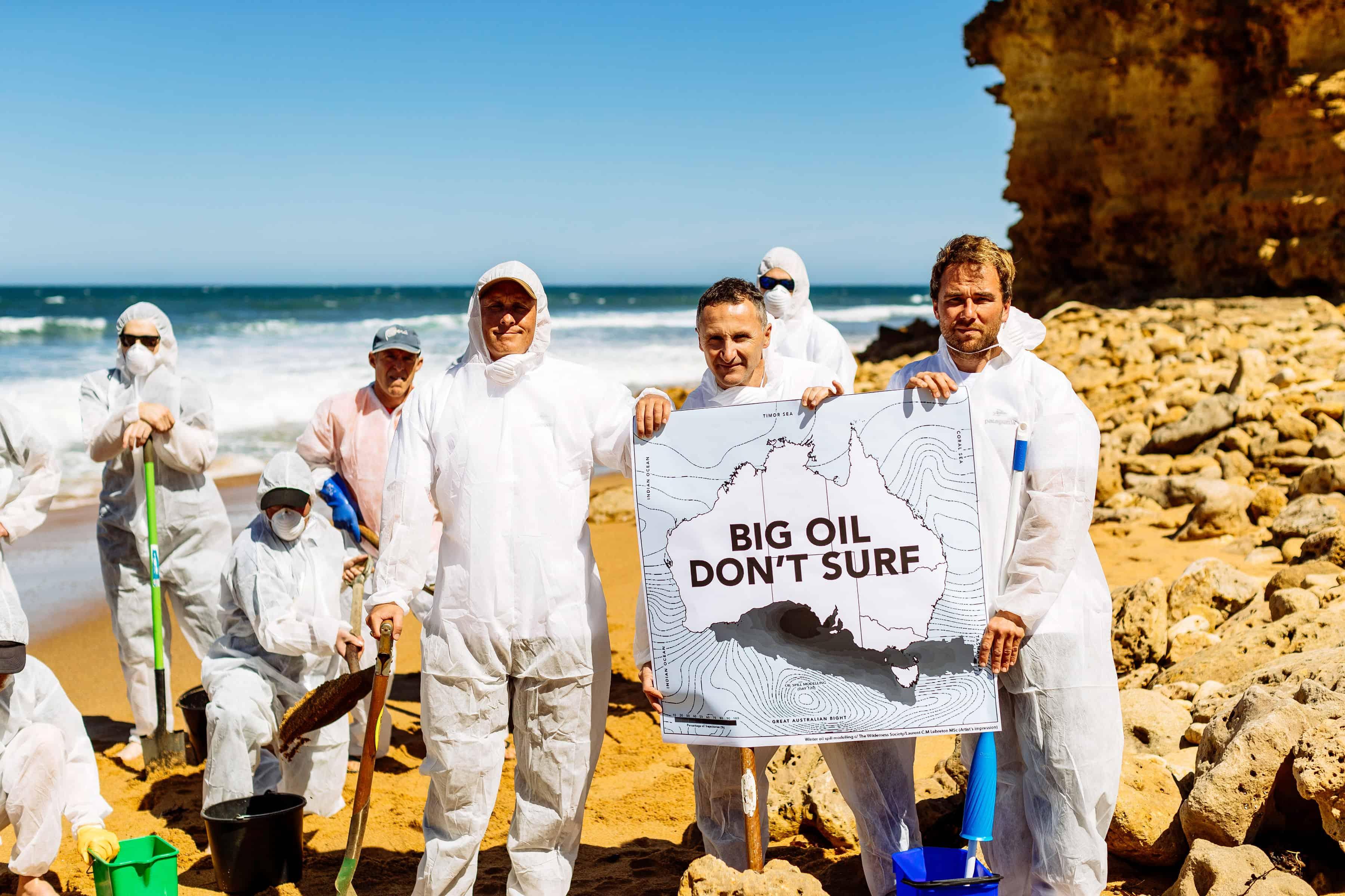 Parlamentsmedlem Richard Di Natale holder opp kartet som viser konsekvensen av oljesøl i Australbukta sammen med representanter fra The Great Torquay Alliance