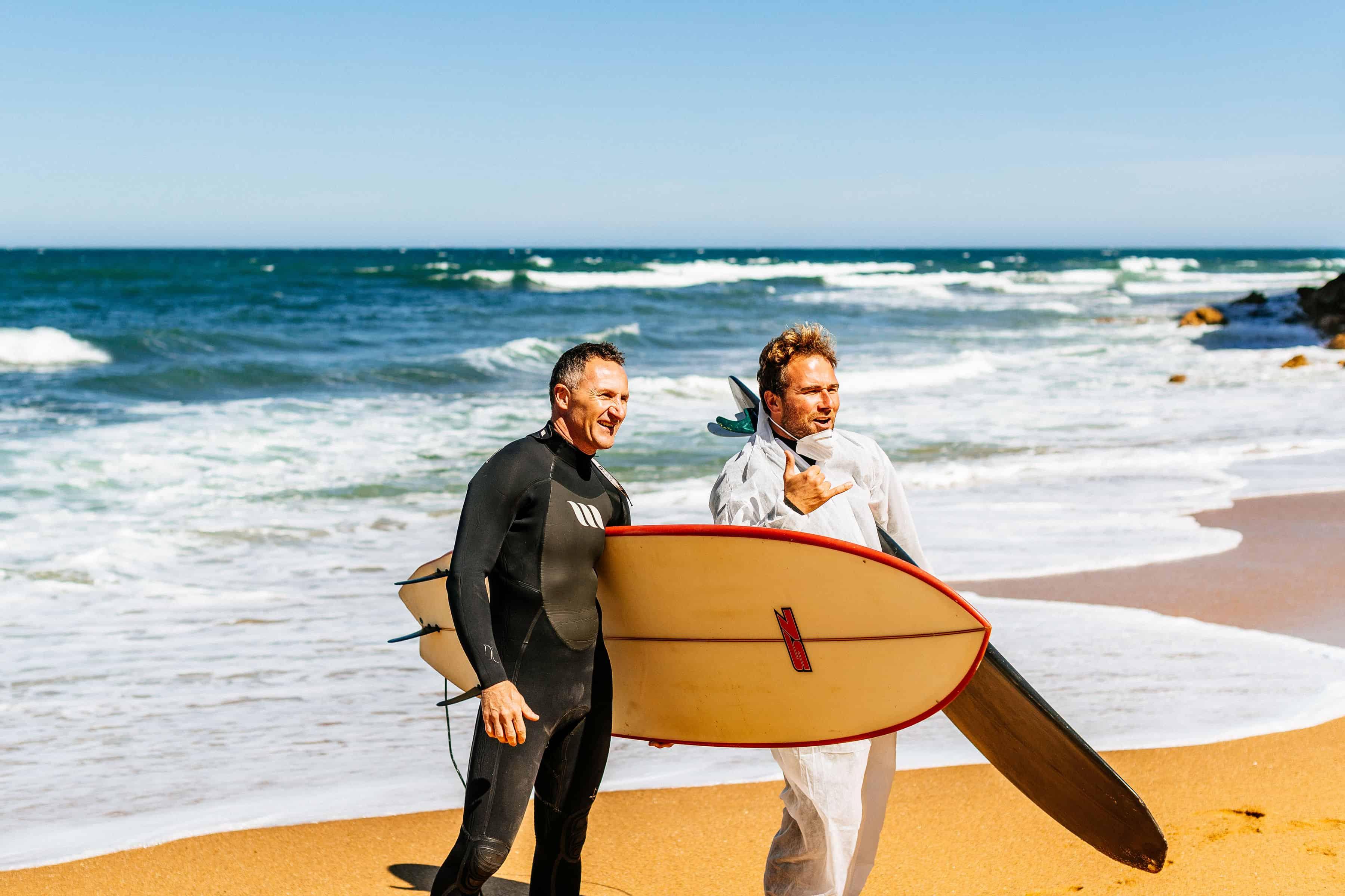 Parlamentsmedlem Richard Di Natale og lokalpolitiker Damien Cole på Bells Beach under helgens markering mot oljeboring