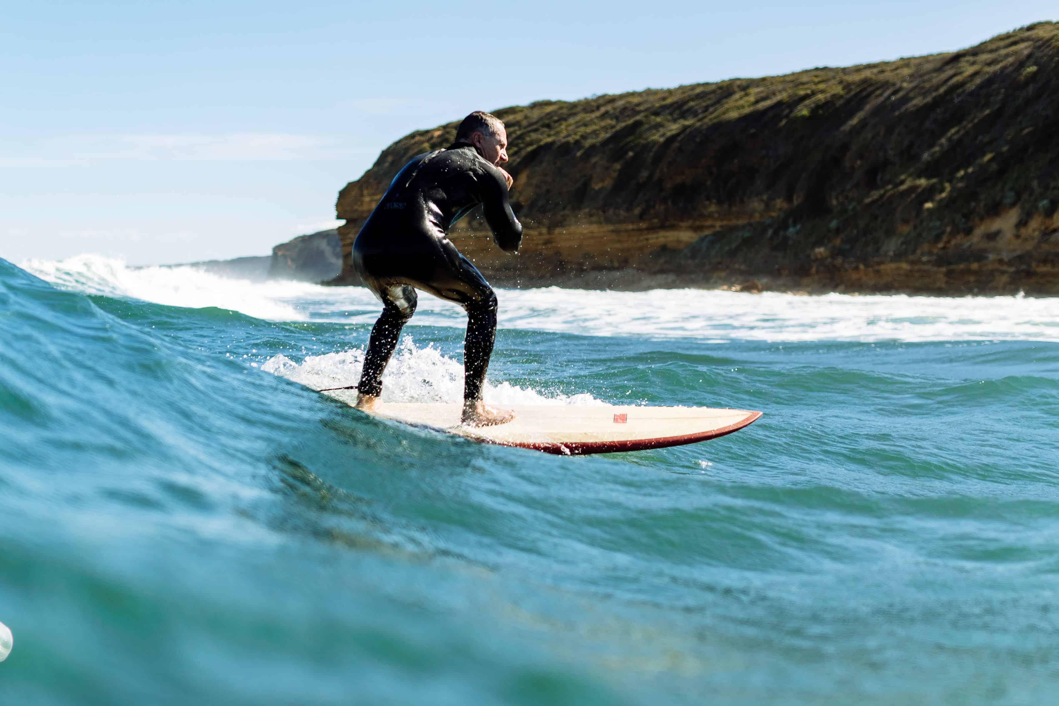 Australske parlamentsmedlem Richard Di Natale surfer en bølge i Australbukta under markering mot oljeboring i området.