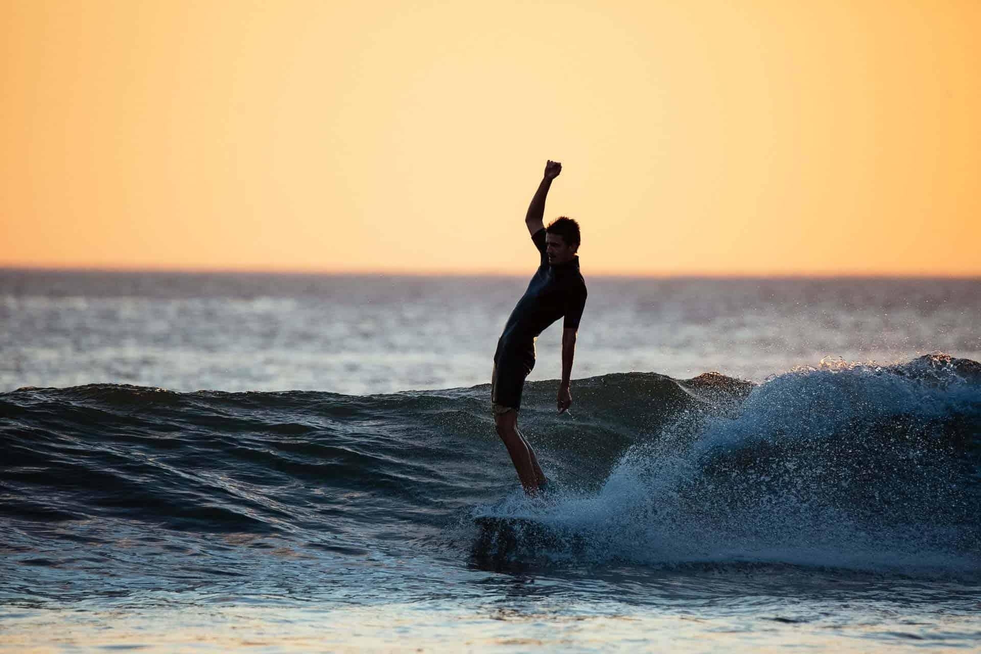 Dra på surfetur og hang loose i solnedgangen