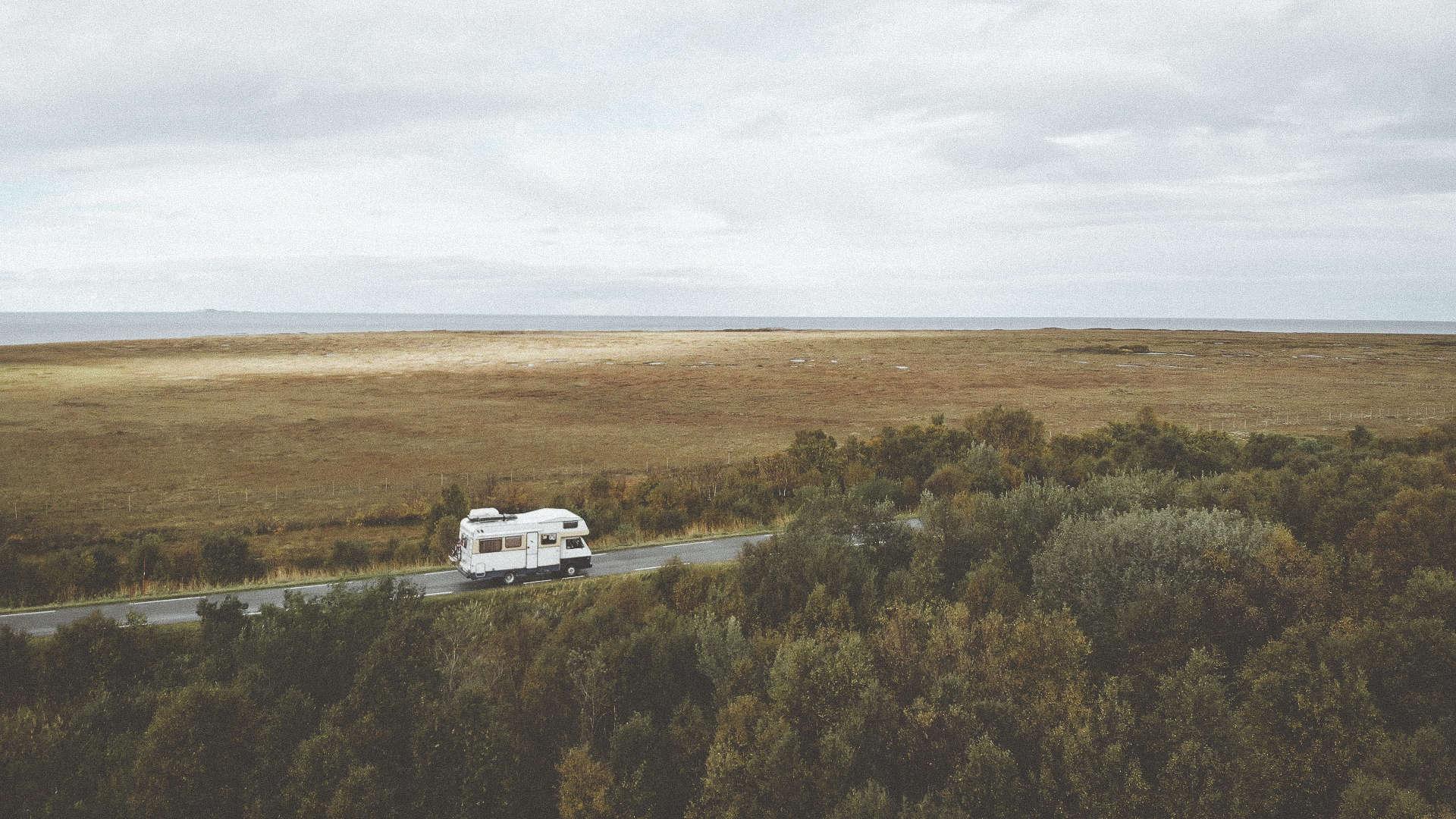 Hjem på hjul. Foto: Drona te'n Mats.