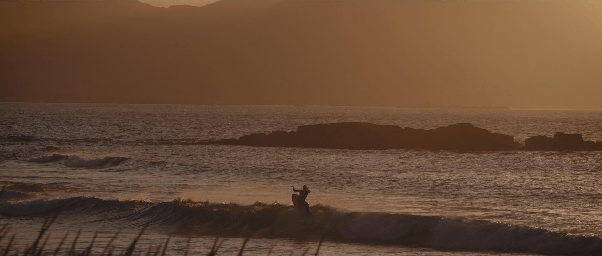 Anker gjør det han liker best. Foto: Mats Slaastad Birkelund fra Surfers of Lofoten episode 3