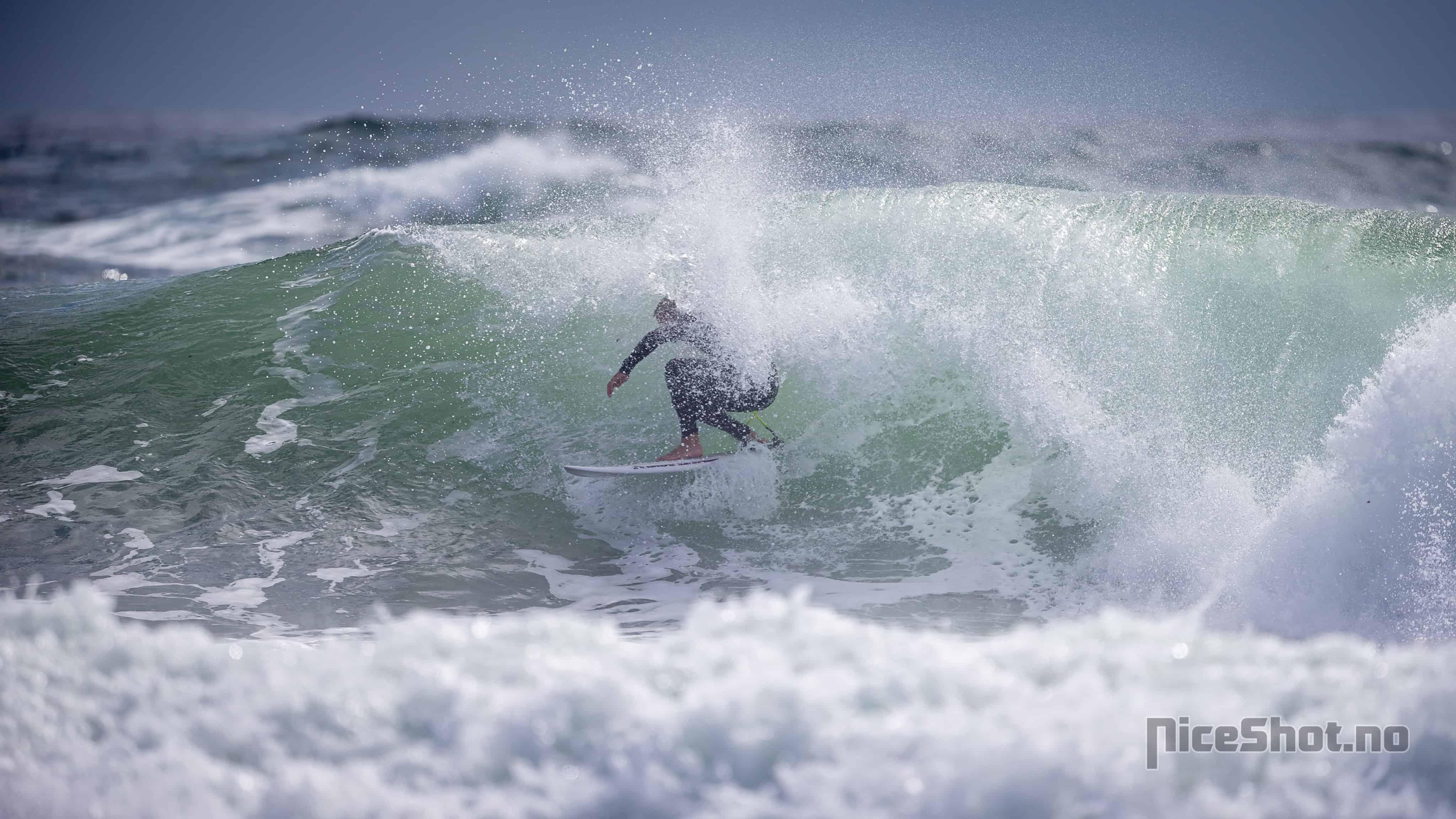 Ukjent surfer coverup. Foto: Tom Ivar Arntsen @NiceShot.no