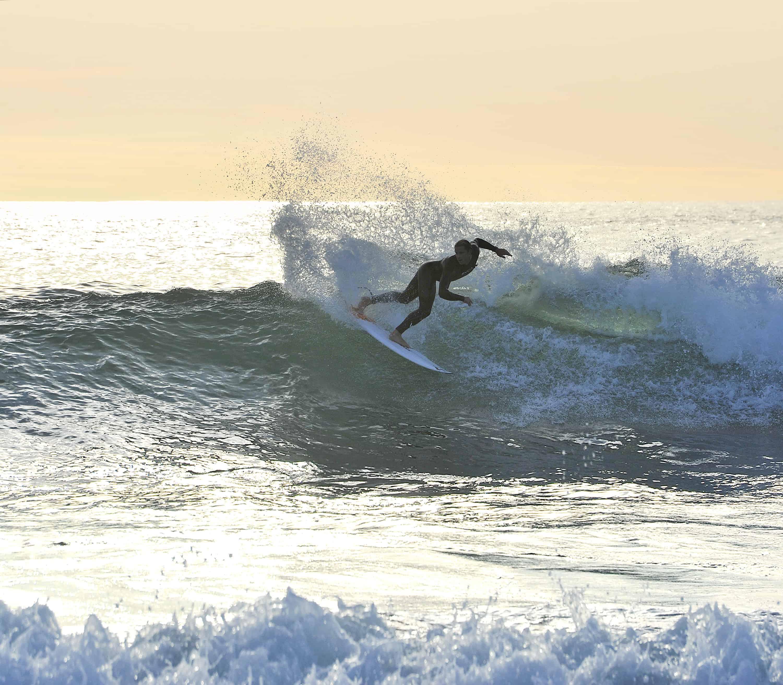 Fra tid til annen dukker det opp surfere med lengre fartstid enn de lokale. Foto: Jan Nilsen
