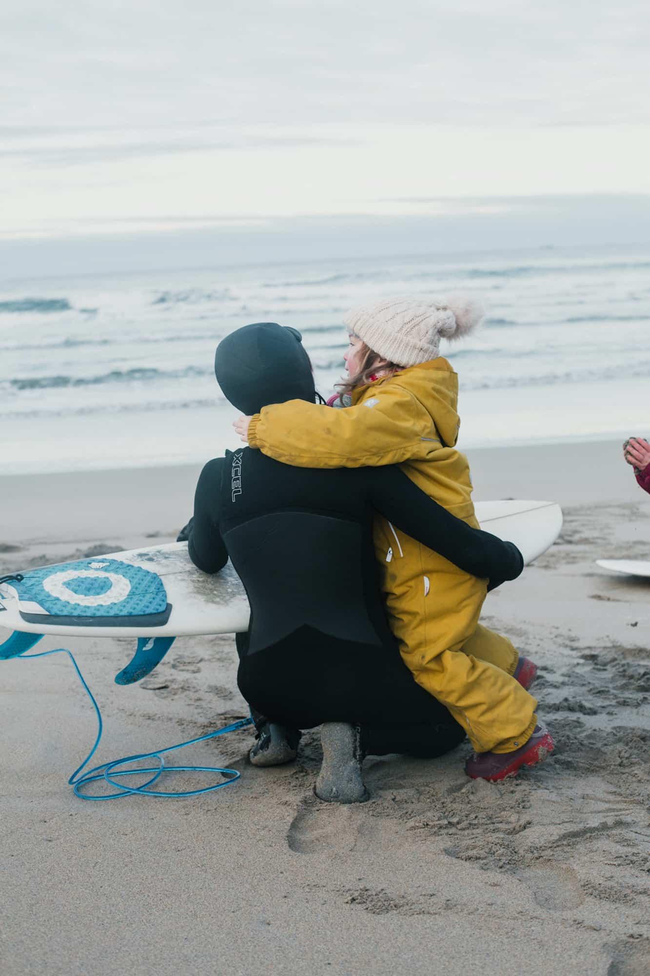 Familien på stranda, gøy å se mamma & pappa surfe
