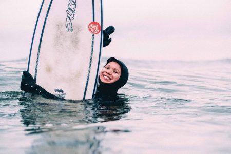 – Fra begynnelsen av lærte vi å hoppe uti bølgene uansett, selv om været var dårlig og våtdrakten råtten